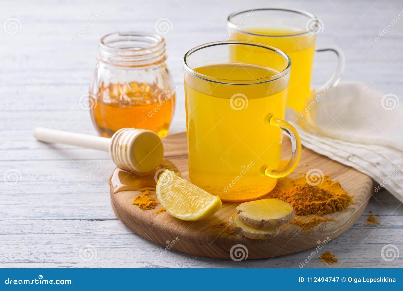 Stärkande drink för energi med gurkmeja, ingefäran, citronen och honung