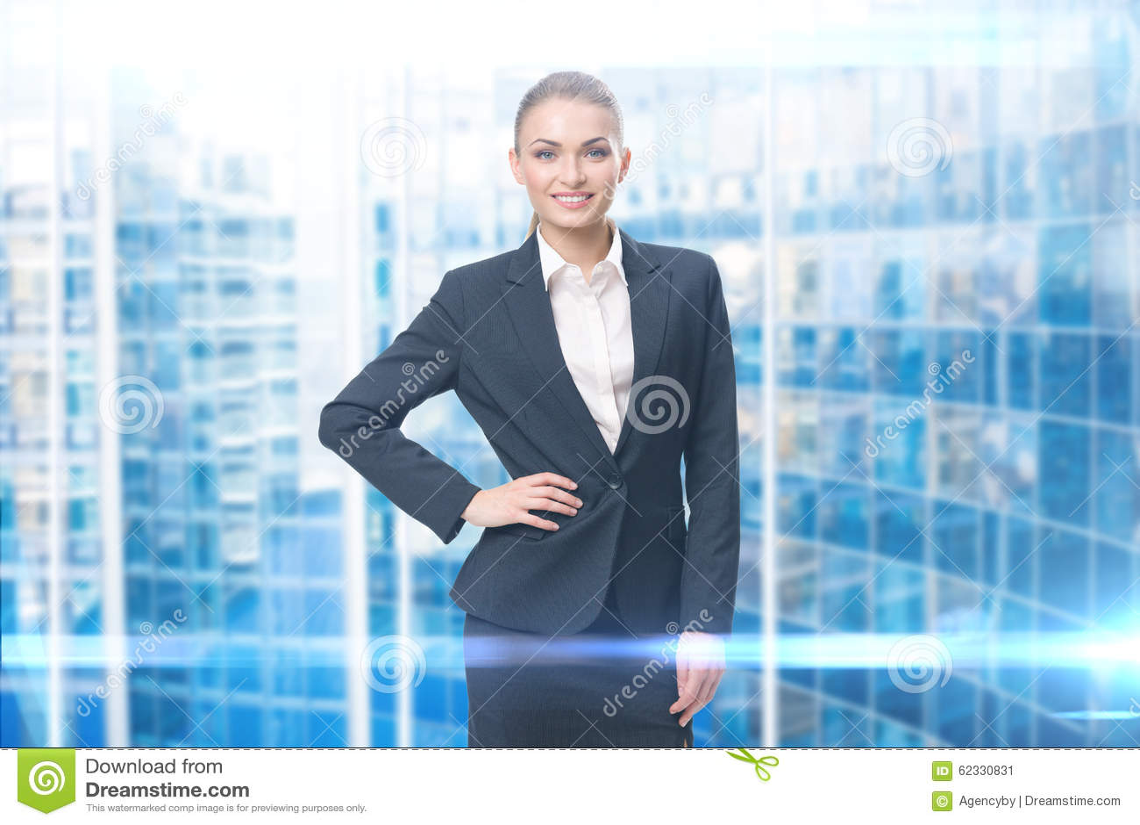 Stående av affärskvinnan med handen på höft