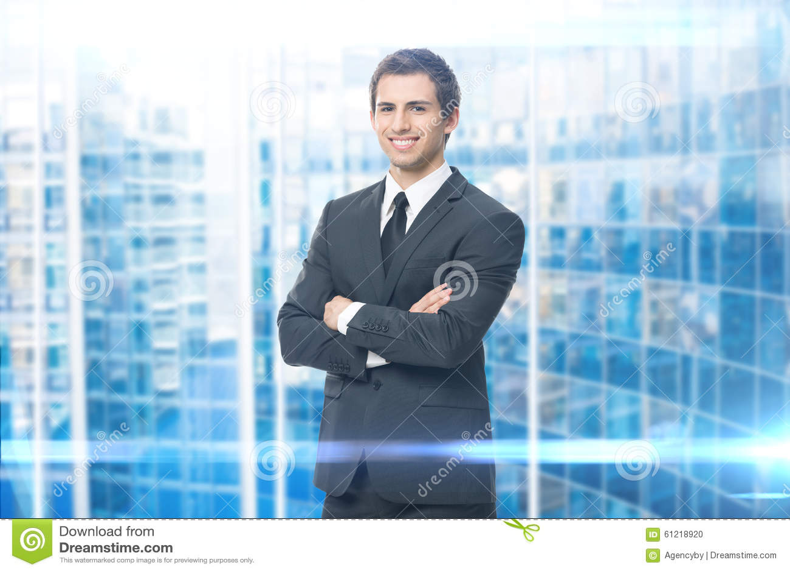 Stående av affärsmannen med korsade armar