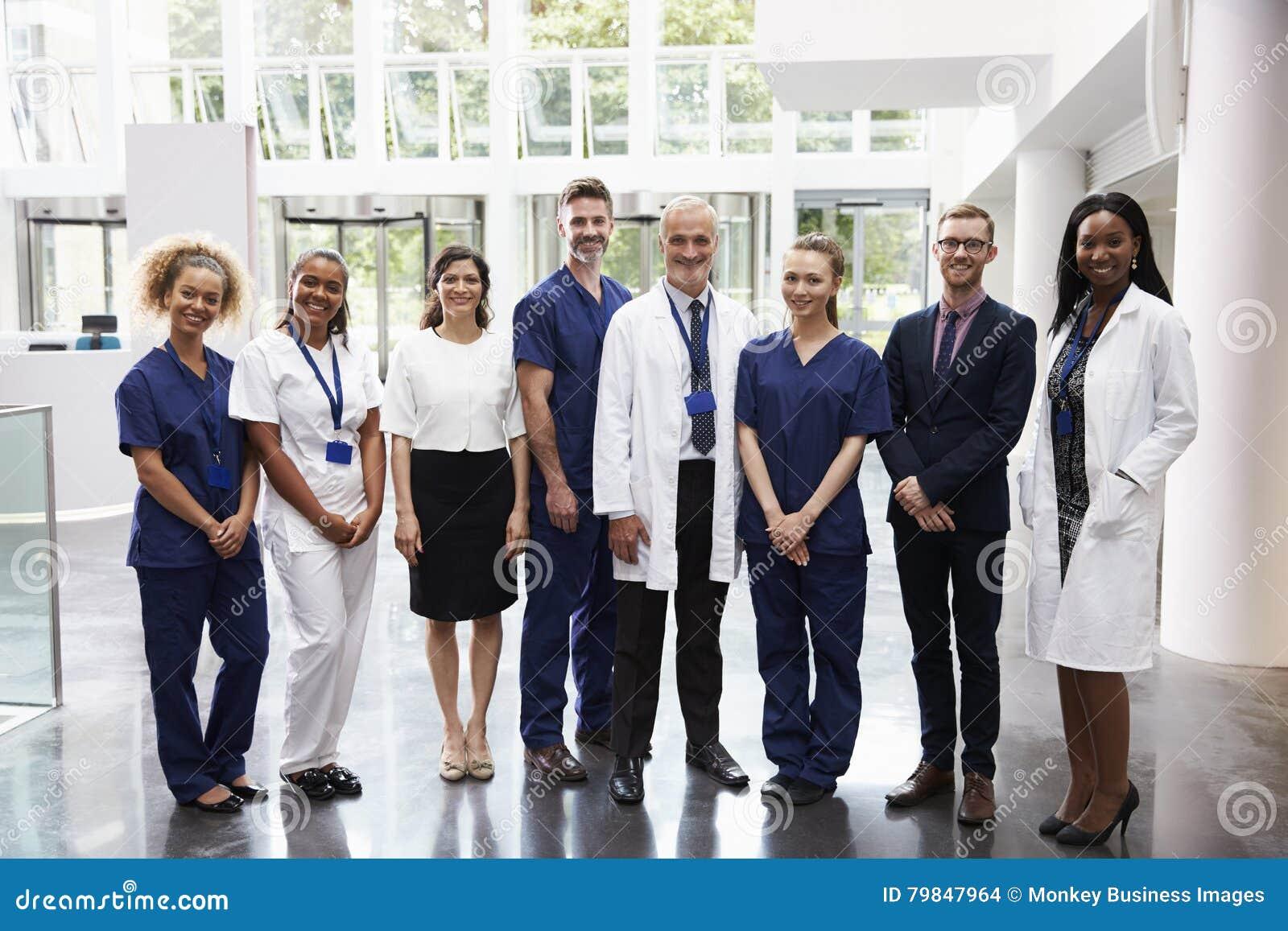 Stående av anseendet för medicinsk personal i lobby av sjukhuset
