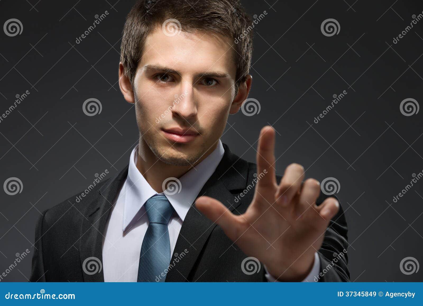 Stående av att göra en gest för manpekfinger