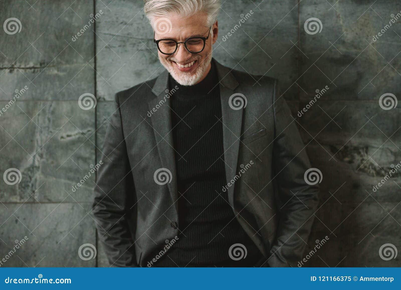 Stående av att le den höga affärsmannen