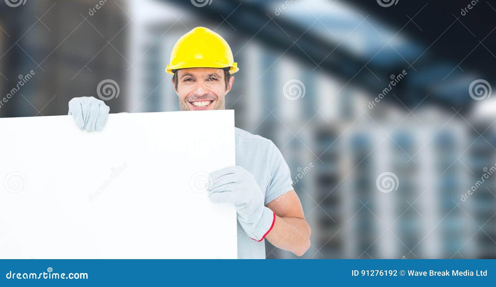 Stående av att le den manliga affischtavlan för arkitektinnehavmellanrum på konstruktionsplatsen