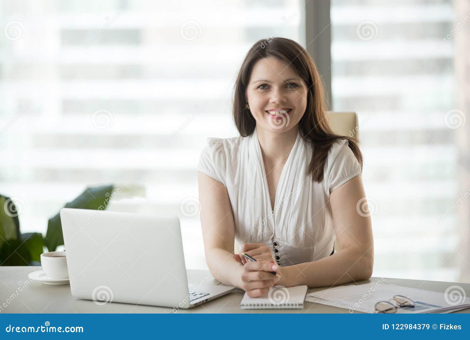 Stående av att le den säkra affärskvinnan som poserar för photoshoo