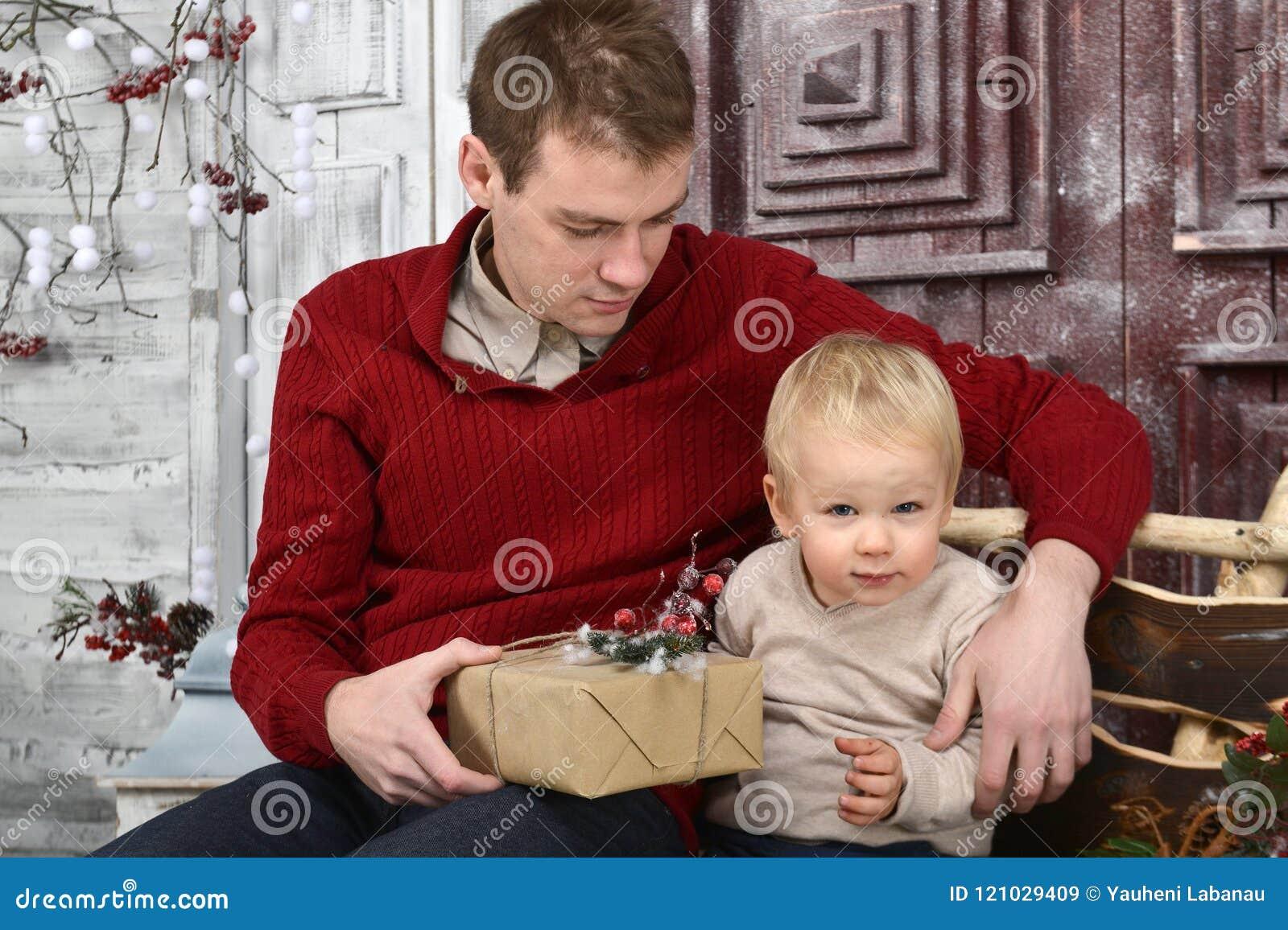 Stående av caucasinfadern som förvånar hans lilla son med Chris