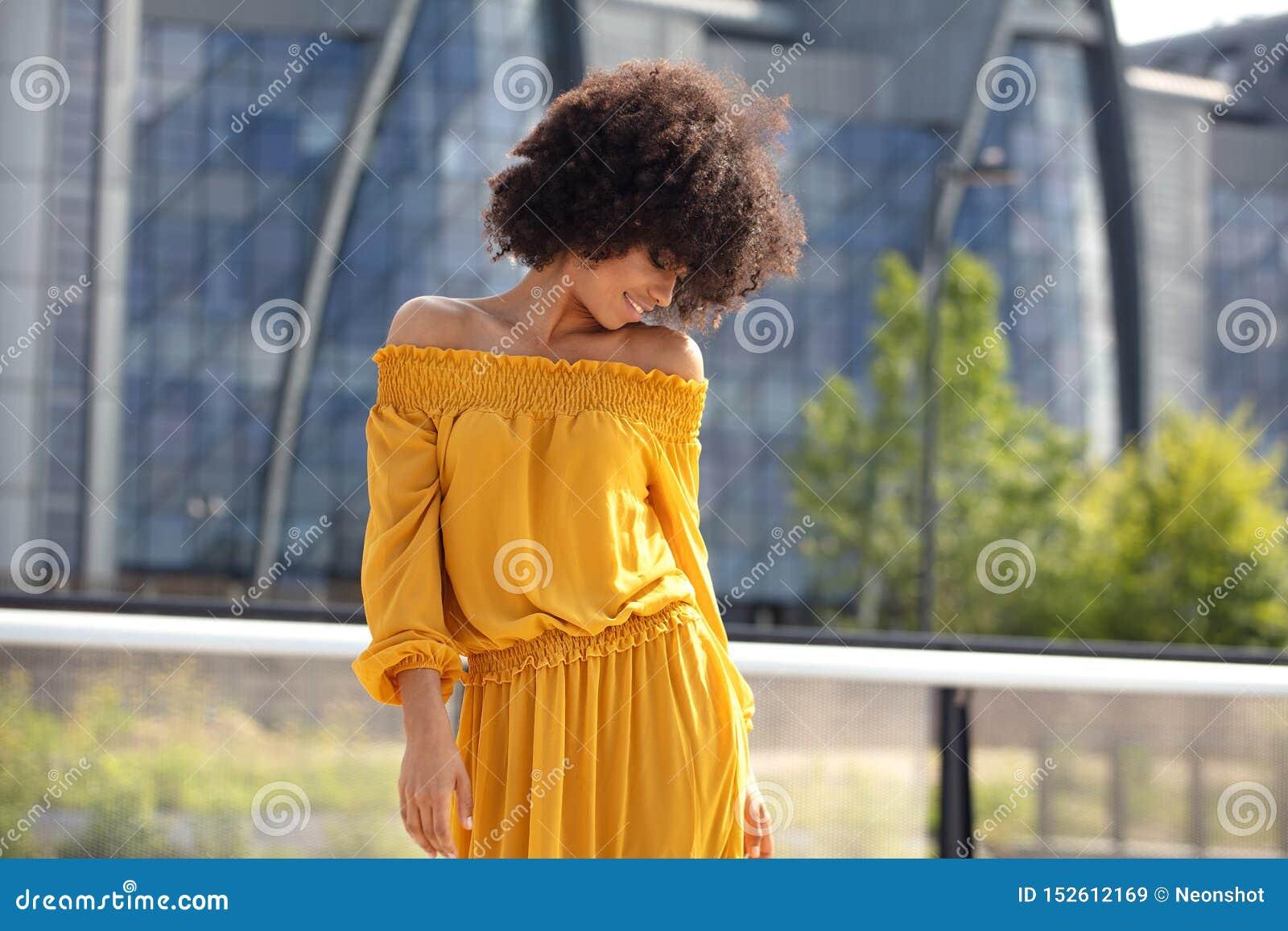 Stående av den afro flickan i staden