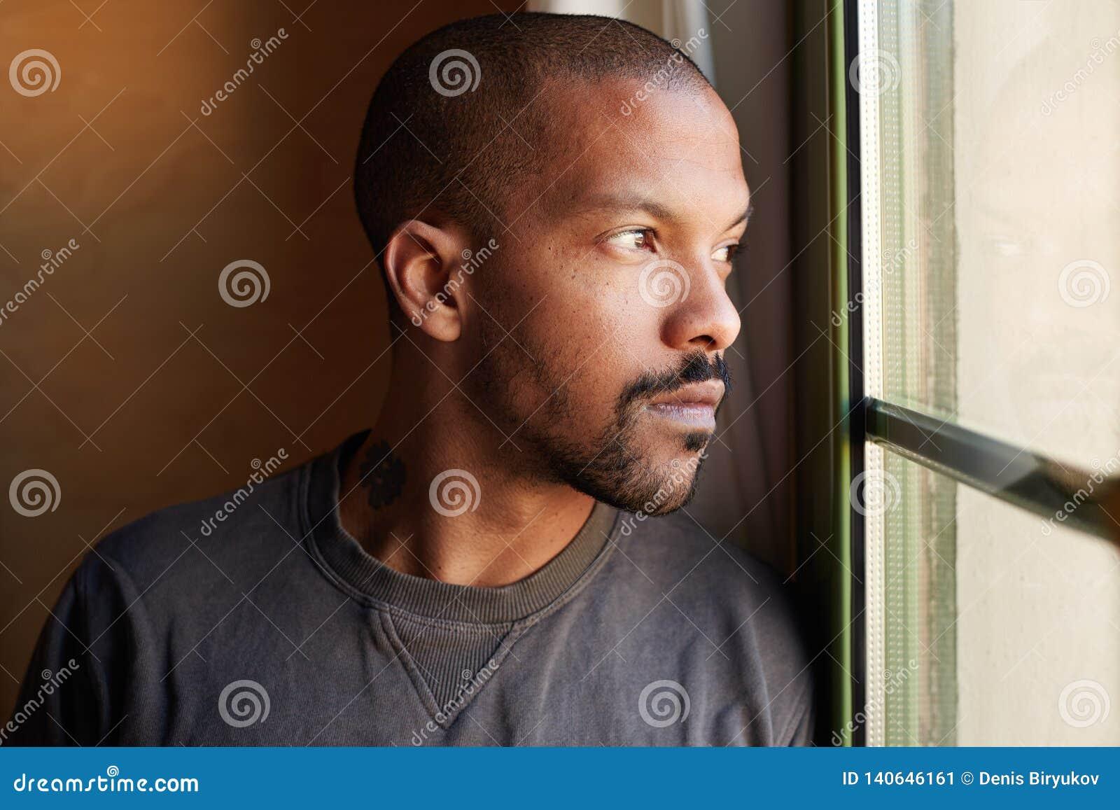 Stående av den attraktiva SKÄGGIGA afrikanska svarta mannen