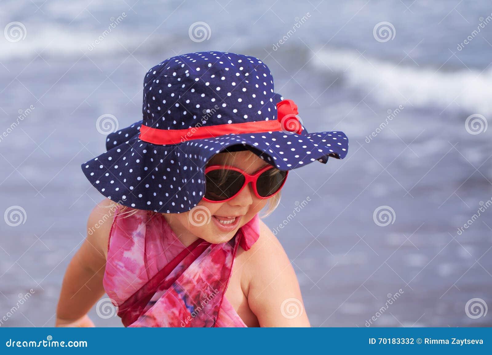 Stående av den bärande hatten för rolig lycklig flicka, Italien som är utomhus-