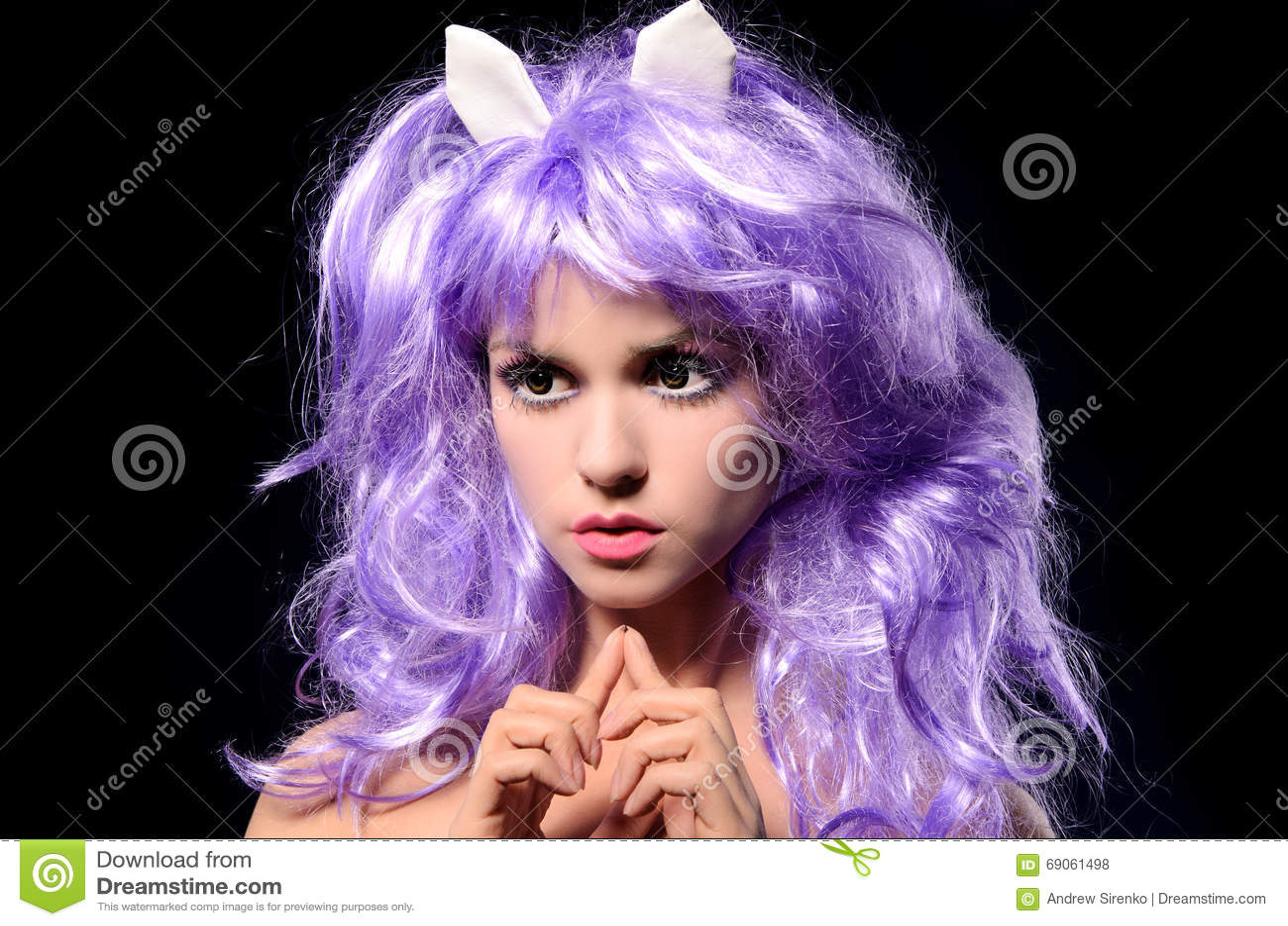 Stående av den cosplay flickan i purpurfärgad peruk