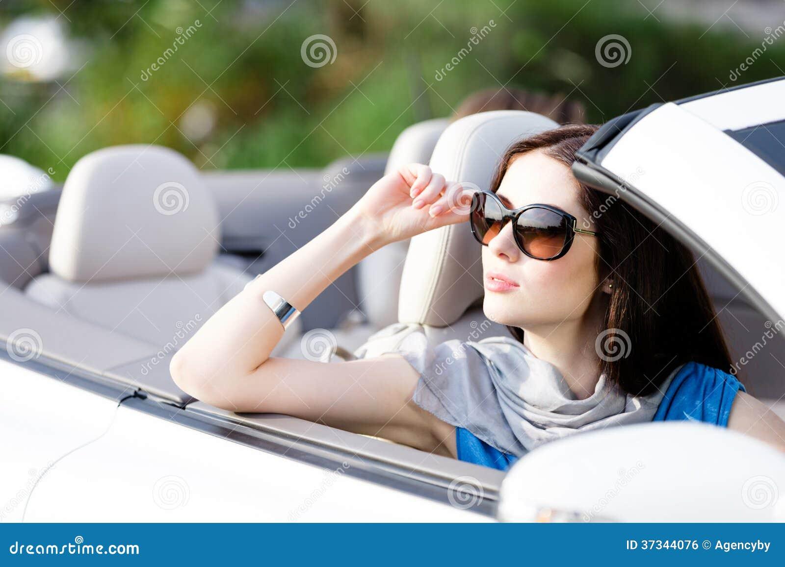 Stående av den drömlika kvinnan i bilen
