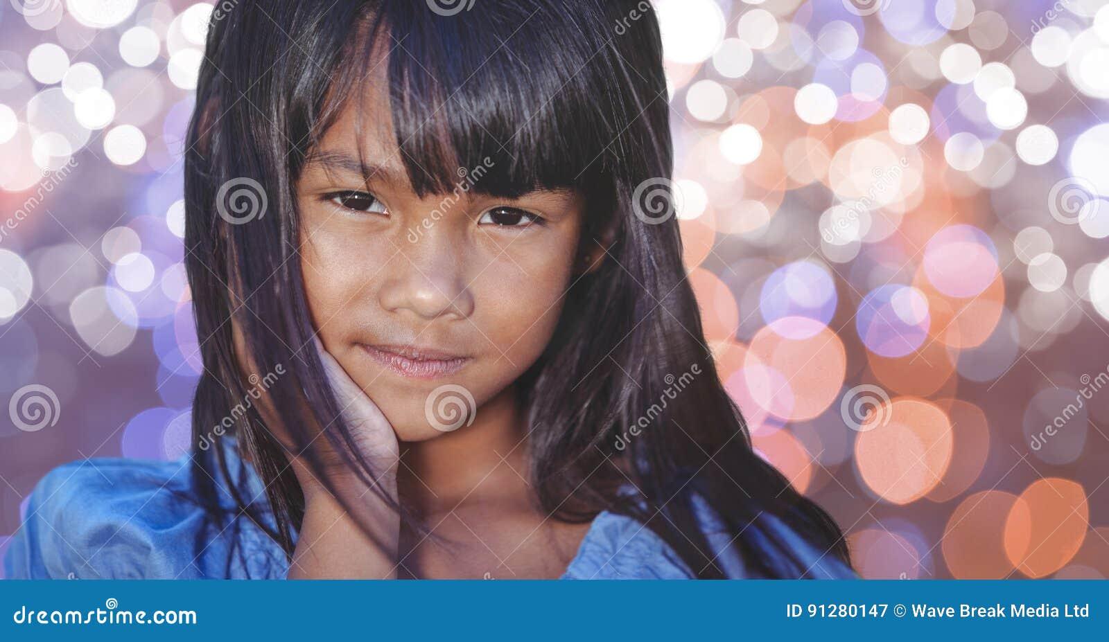 Stående av den gulliga flickan med långt hår