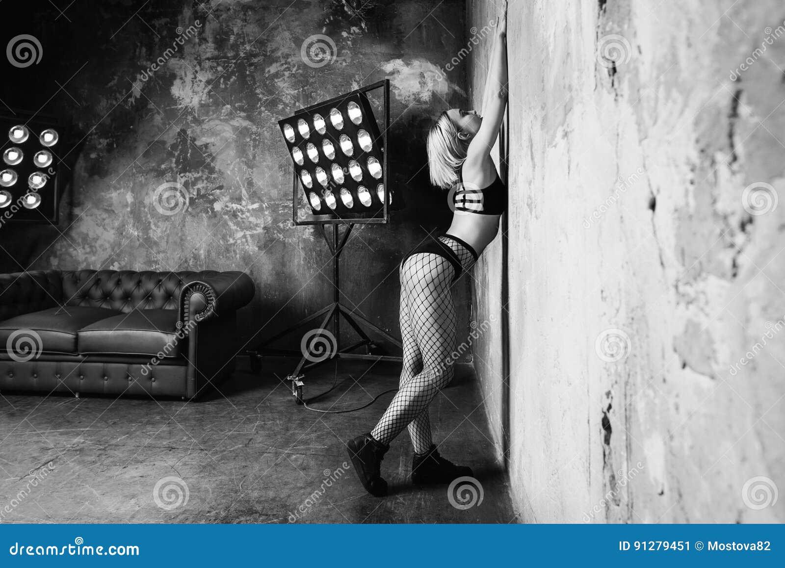 Stående av den härliga attraktiva blonda dansaren för ung kvinna på etappen med ljus