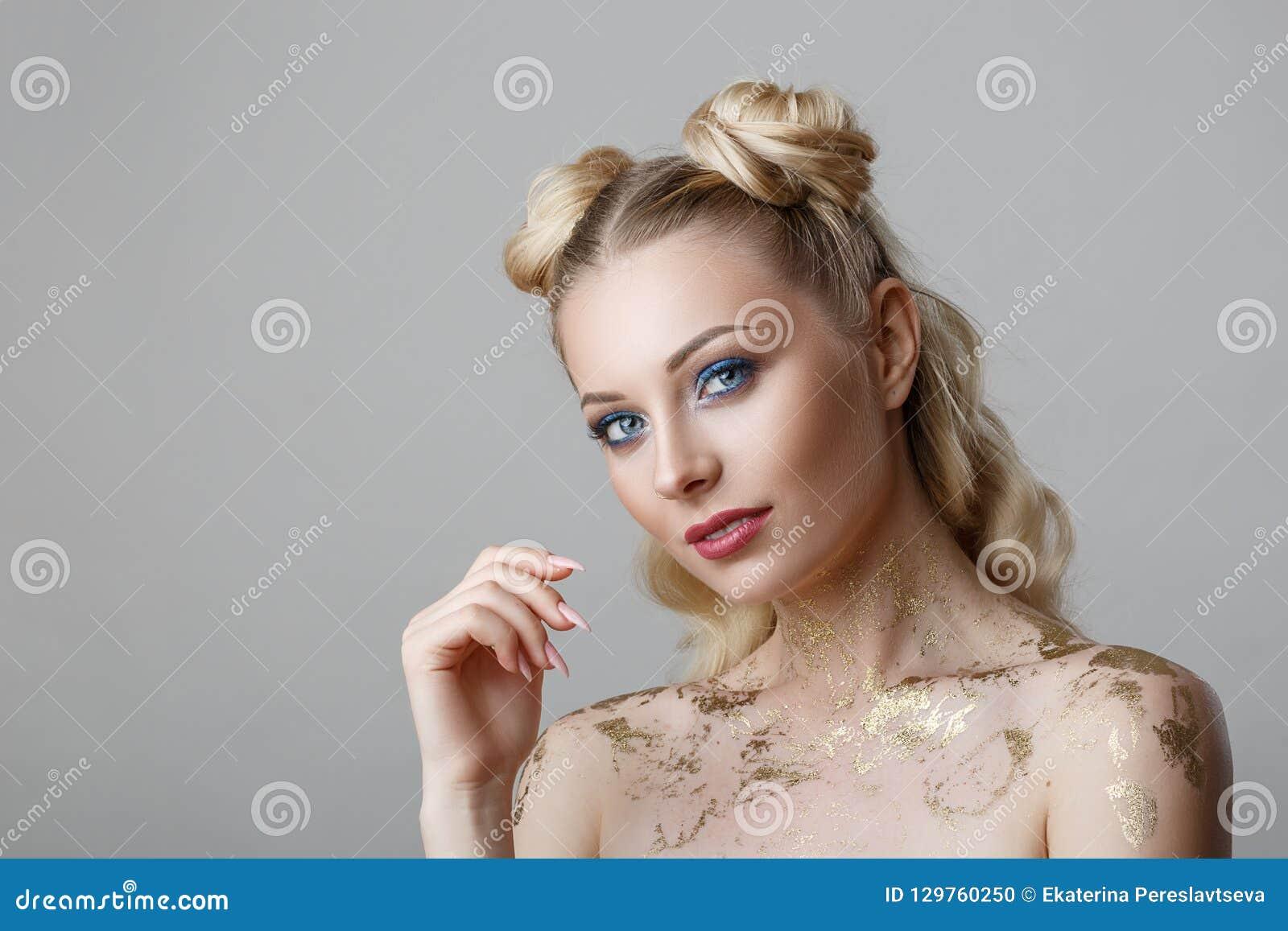 Stående av den härliga blonda kvinnan med makeupskönhetphotoshoot på bakgrund