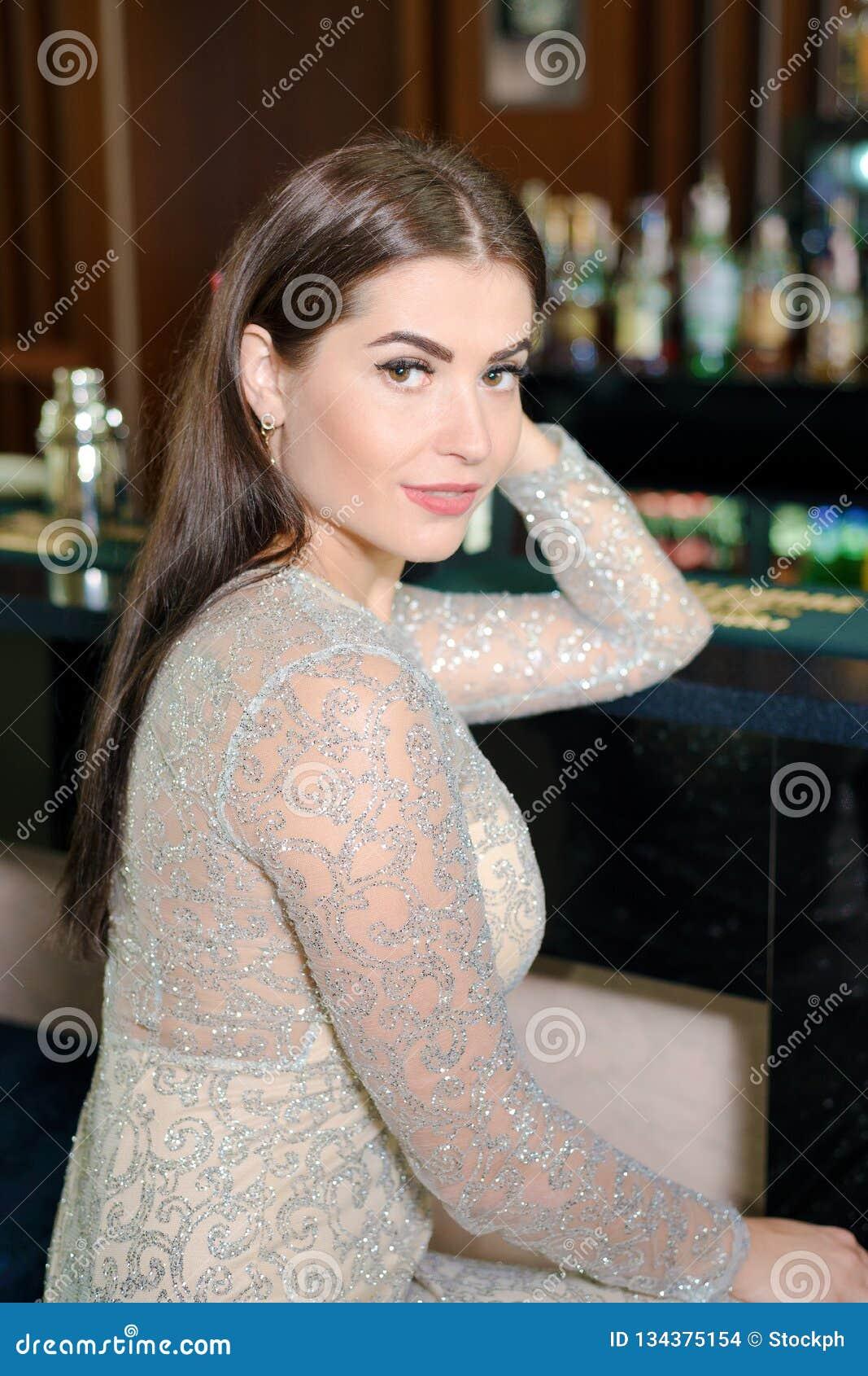 Stående av den härliga flickan i en aftonklänning