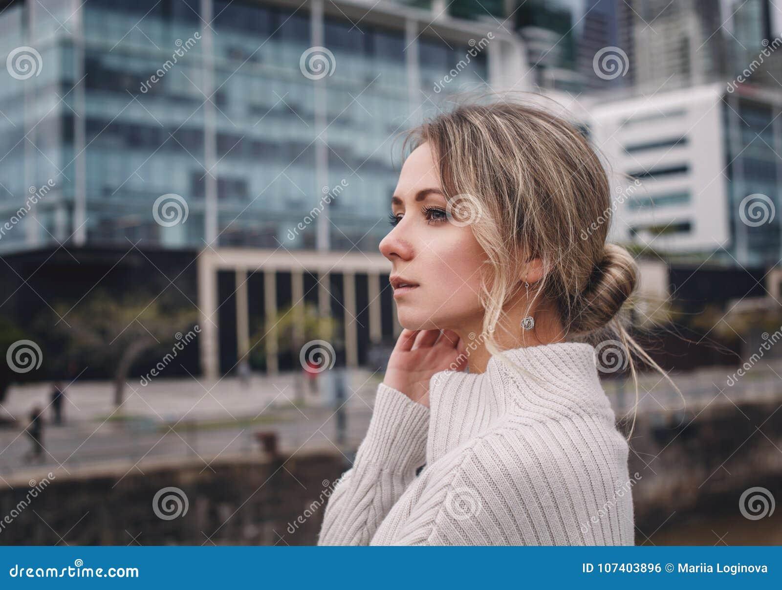 Stående av den härliga flickan på stadsbakgrunden