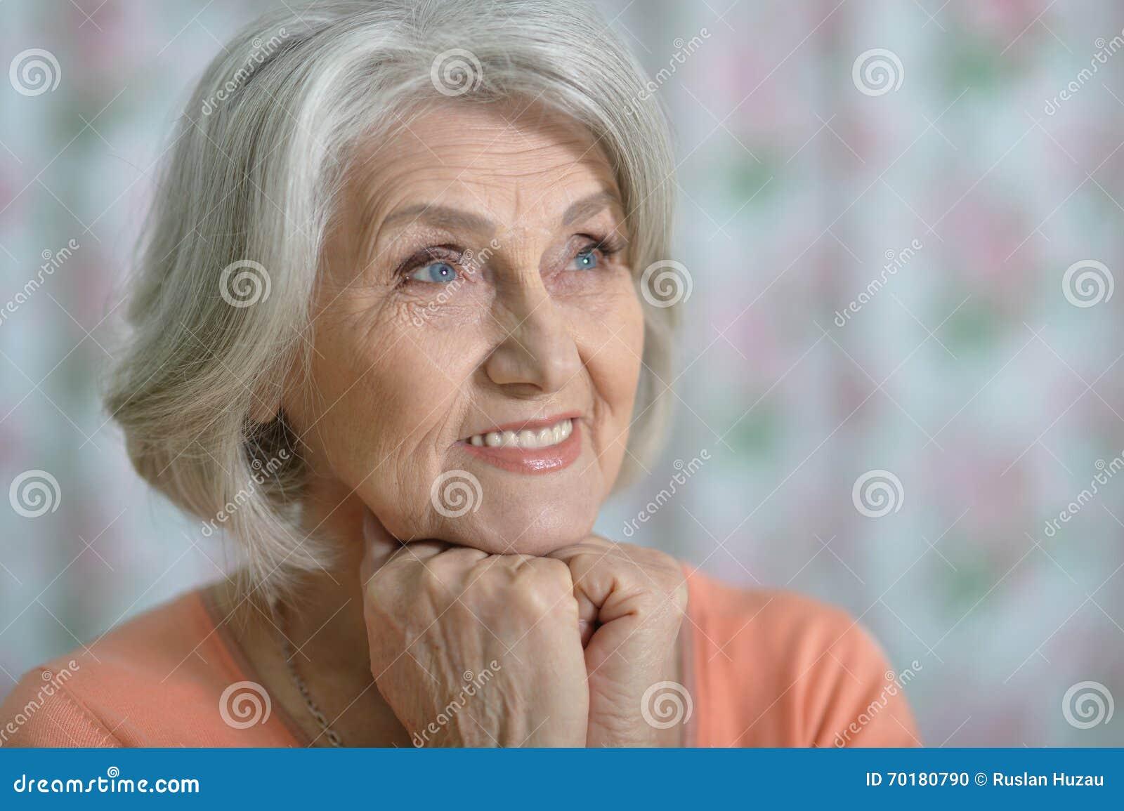 Stående av den härliga gamla kvinnan