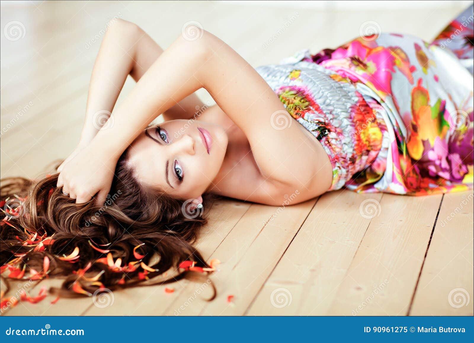 Stående av den härliga glamourgravida kvinnan med chic långt hår