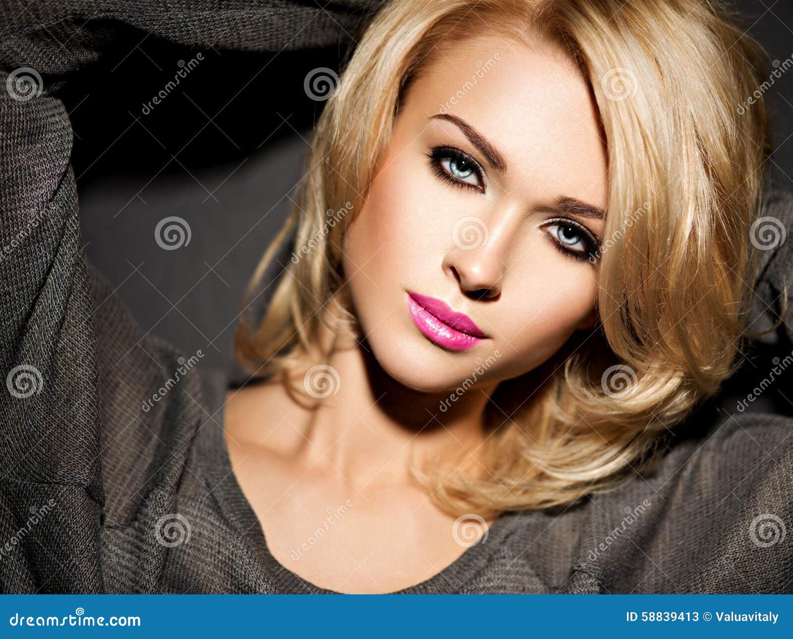 Stående av den härliga kvinnan med blont hår ljus modemor