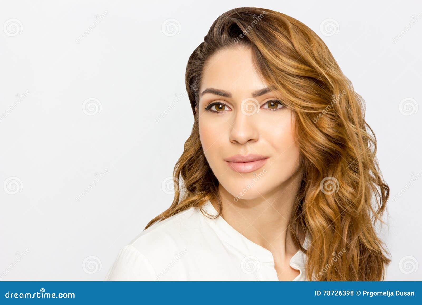 Stående av den härliga kvinnan, slut upp studio på vit bakgrund Begrepp för hudomsorg