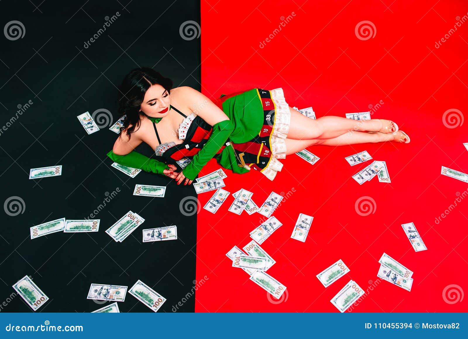 Stående av den härliga le brunettkvinnan med smink i röd och svart klänning med kort