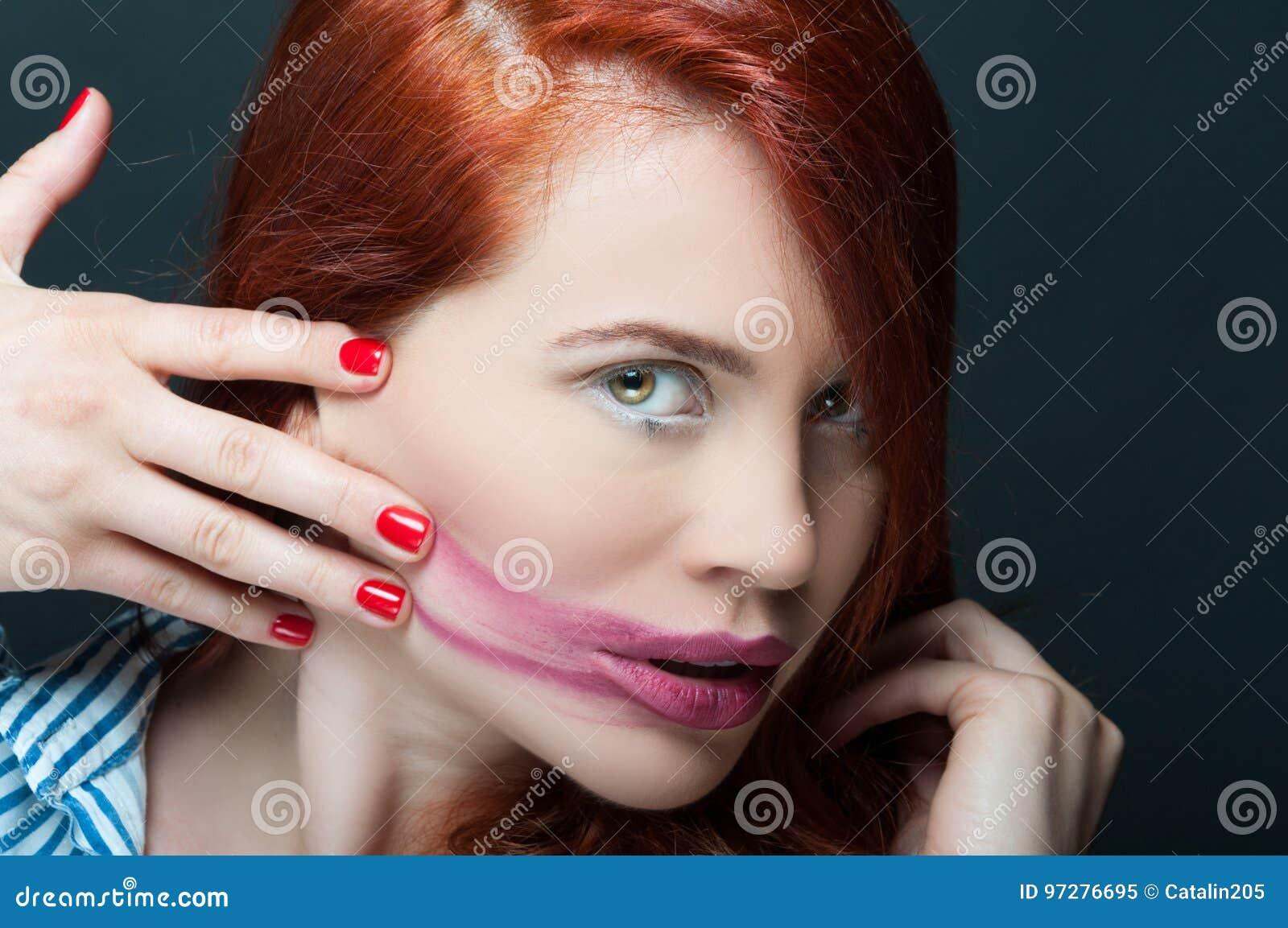 Stående av den härliga modellen med suddig läppstift