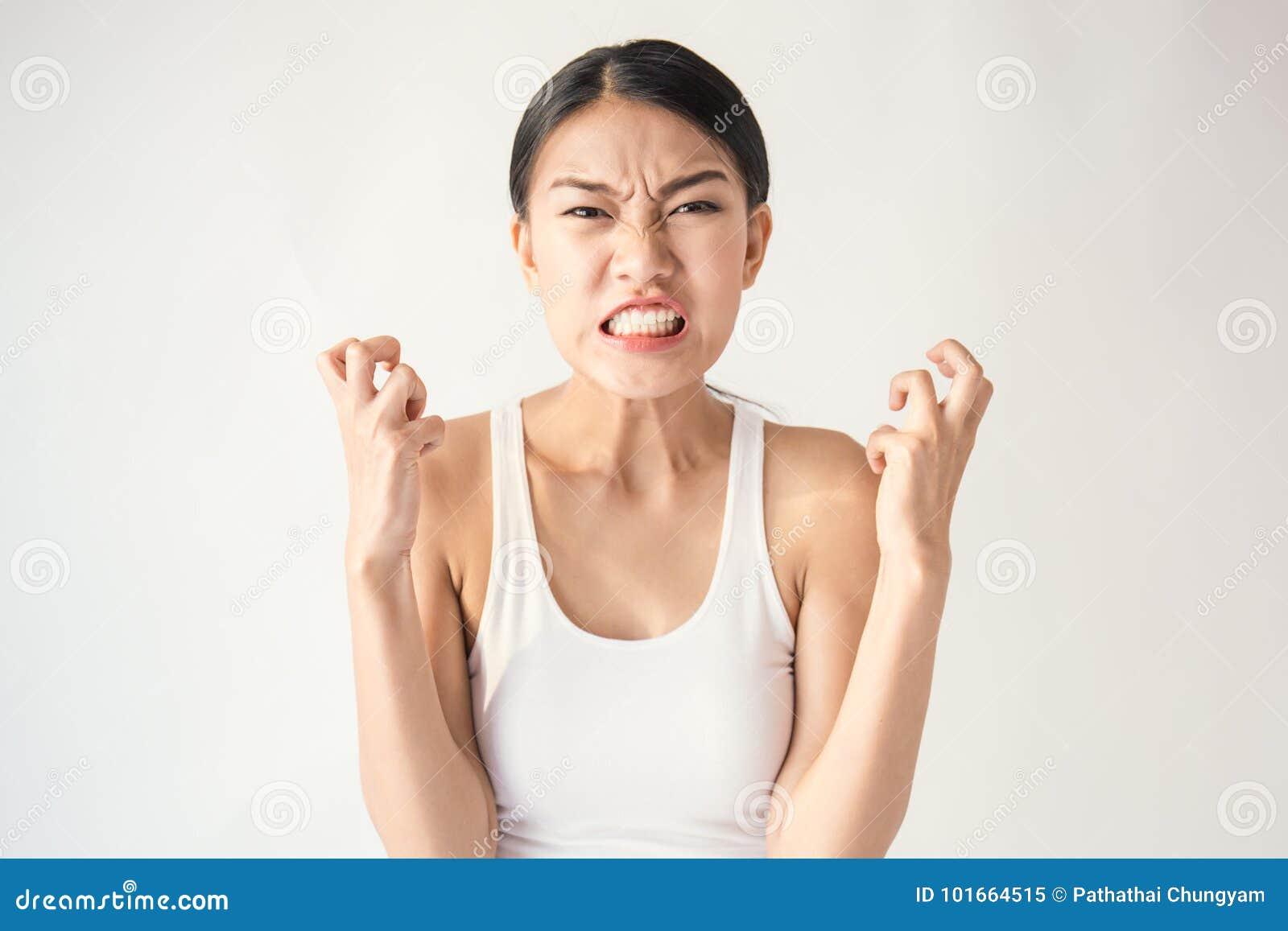 Stående av den ilskna eftertänksamma tokiga galna asiatiska kvinnan som ut skriker uttryckt, ansiktsbehandling