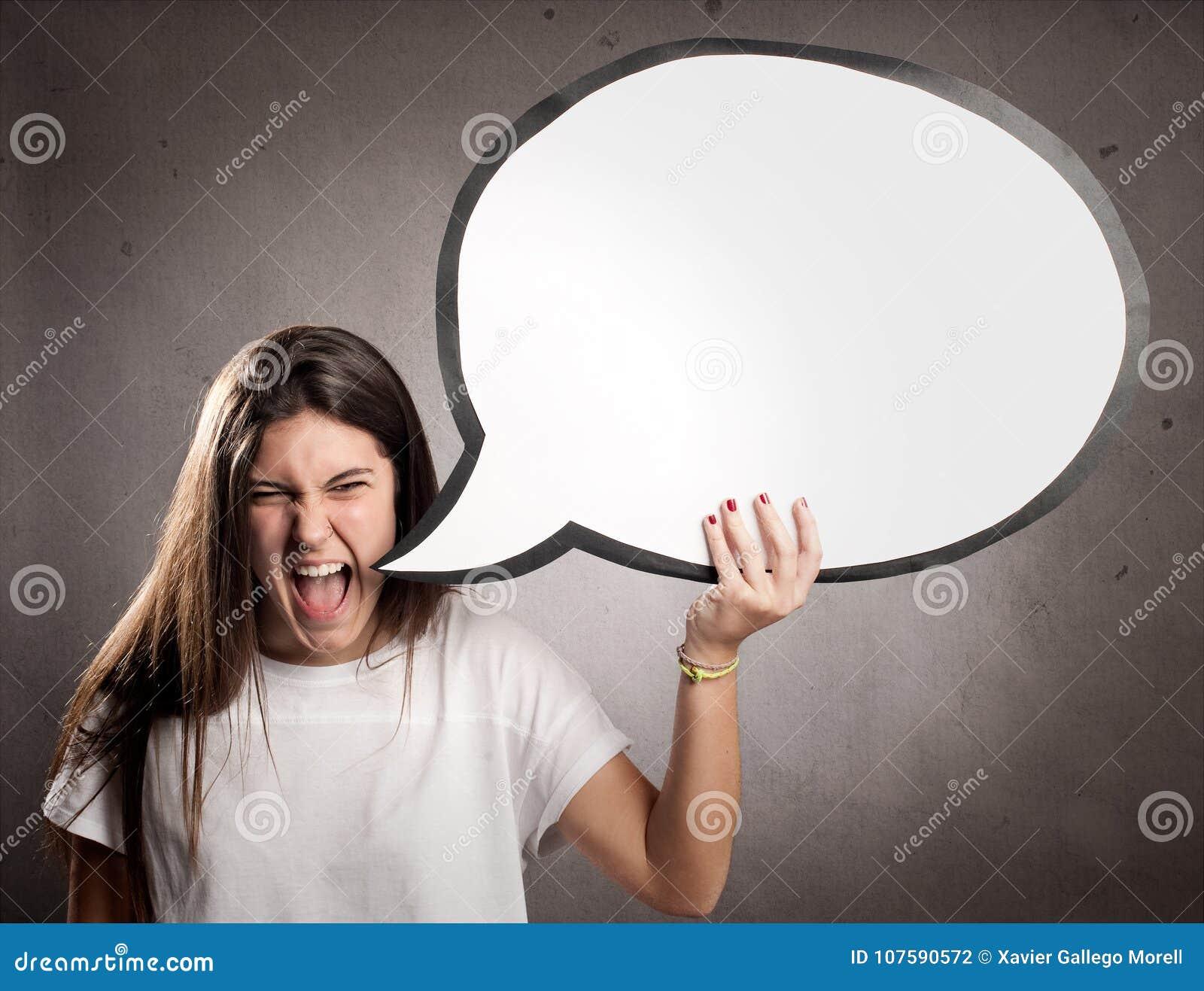 Stående av den ilskna unga flickan som rymmer en anförandebubbla