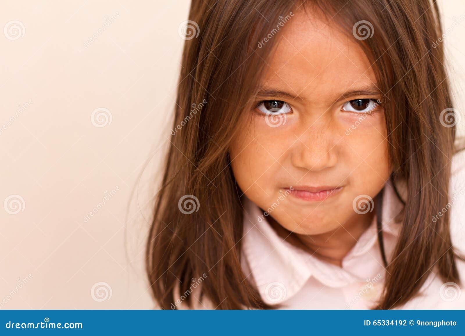 Stående av den ilskna upprivna lilla flickan