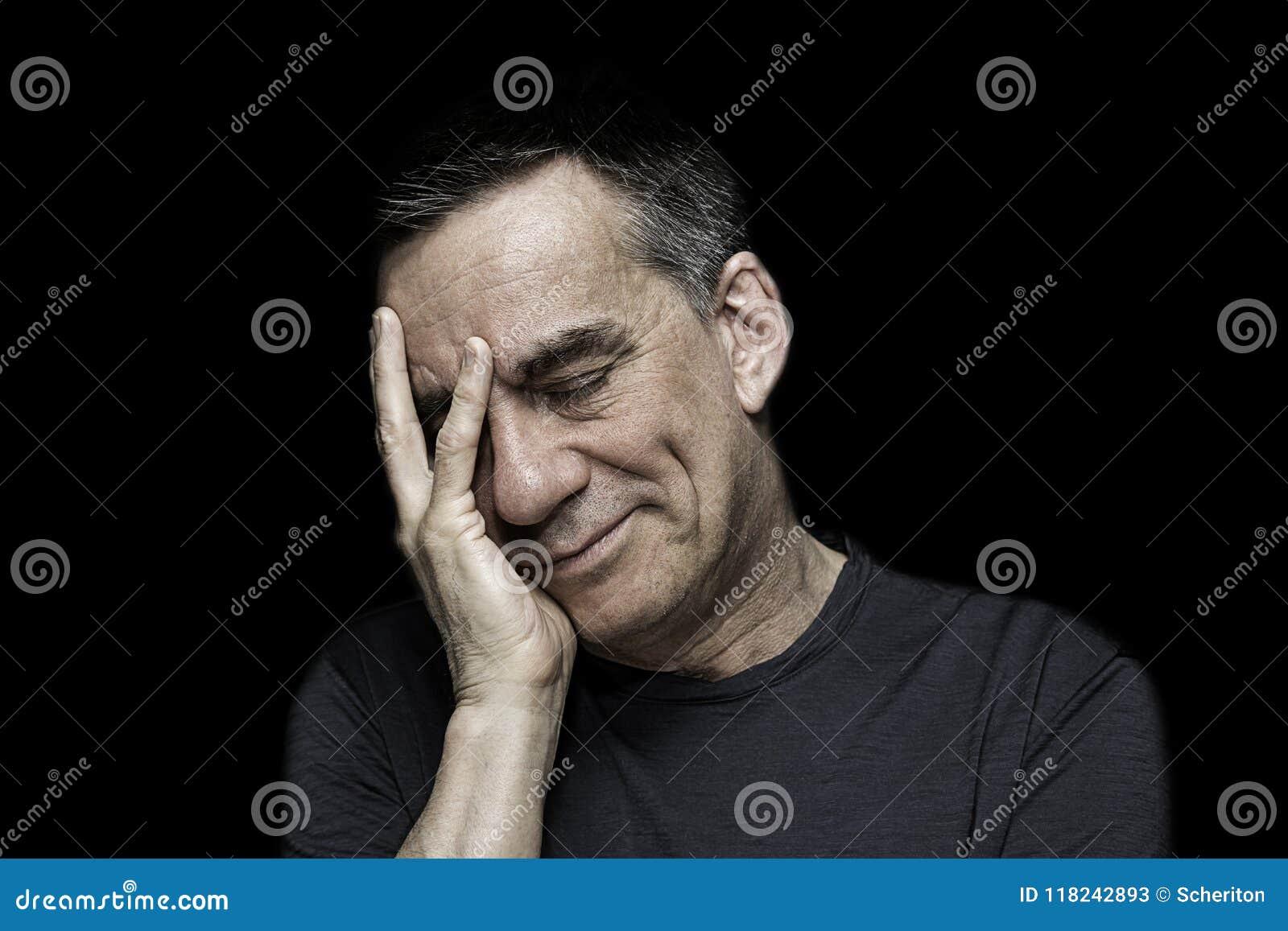 Stående av den ledsna olyckliga mannen med handen som ska vändas mot