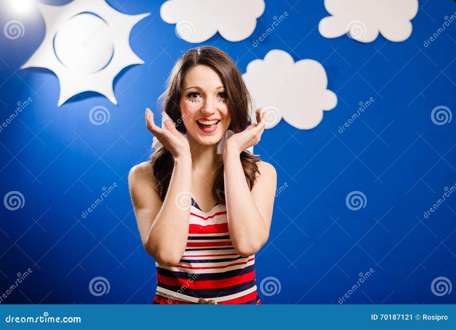 Stående av den lyckliga le nätta flickan över himmel för blått papper