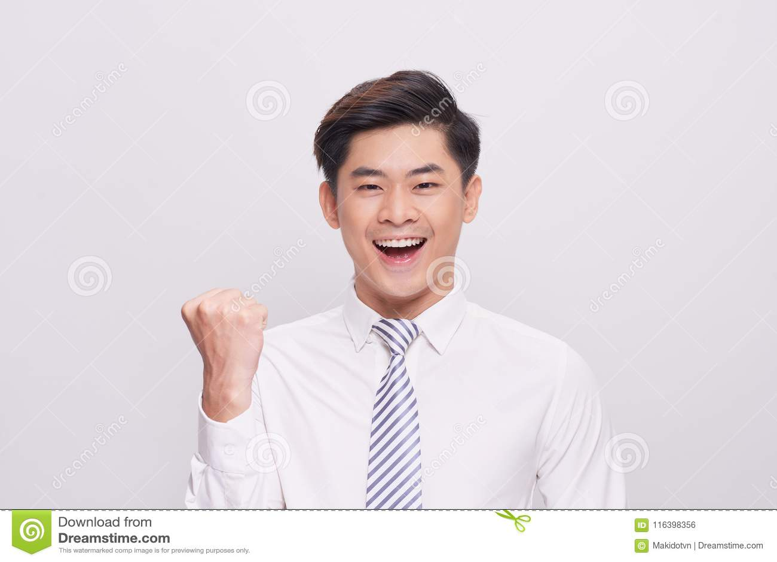 Stående av den lyckliga upphetsade unga asiatiska affärsmannen