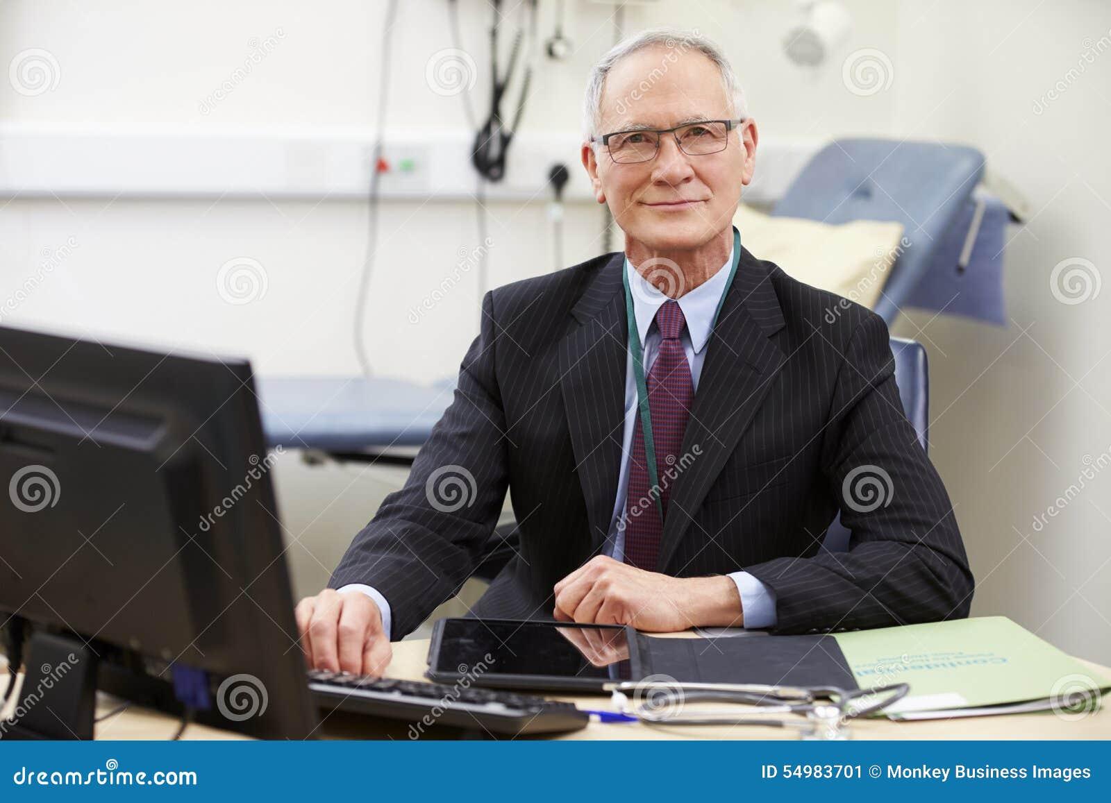Stående av den manliga konsulenten Working At Desk