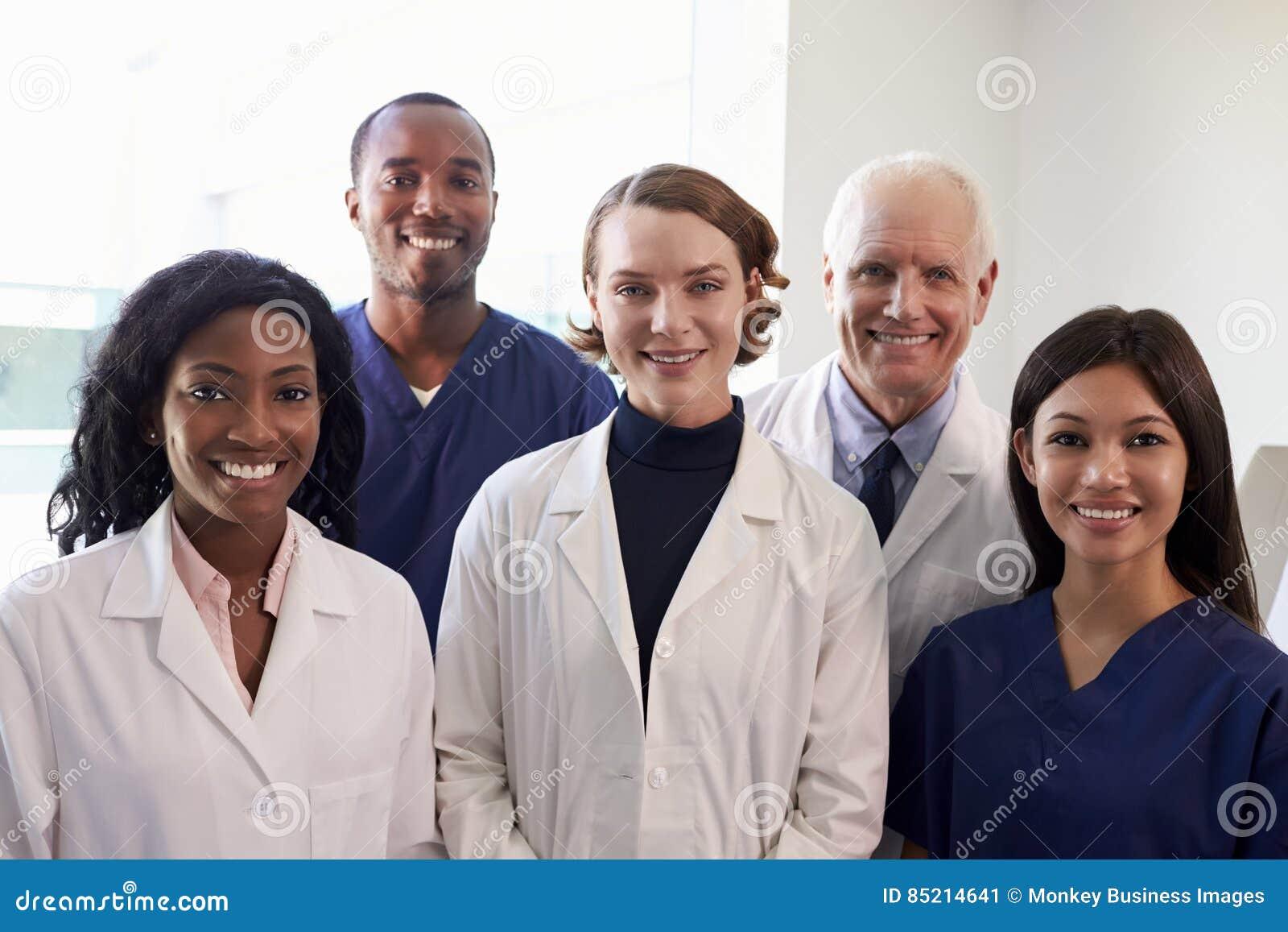 Stående av den medicinska personalen i sjukhusexamenrum
