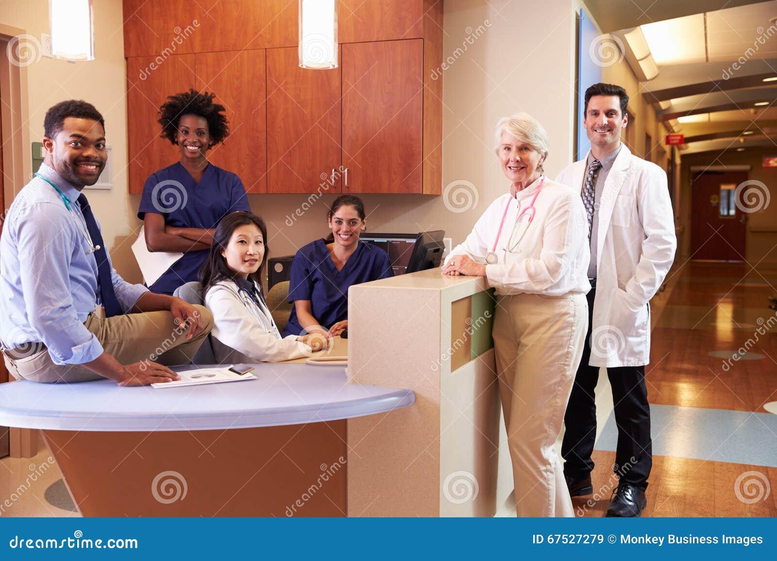 Stående av den medicinska personalen på sjuksköterskas station i sjukhus