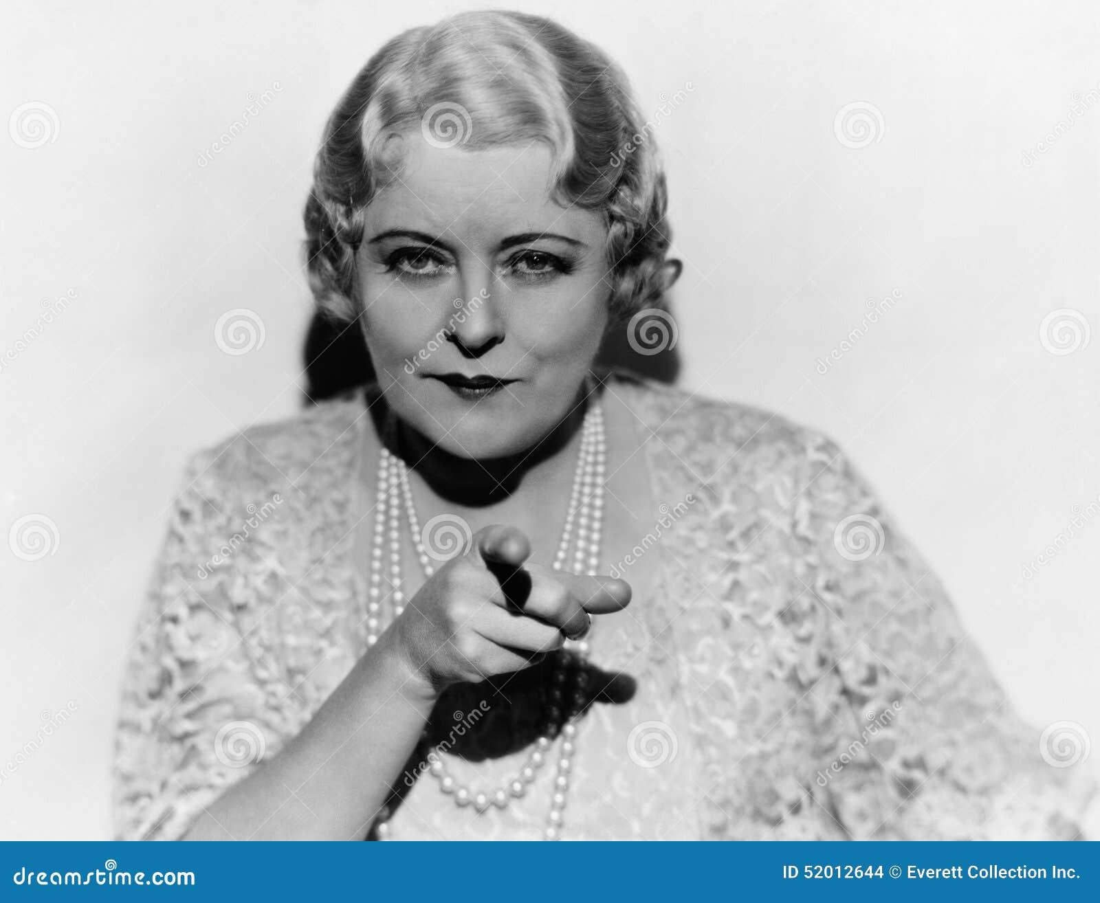 Stående av den mogna kvinnan som pekar fingret (alla visade personer inte är längre uppehälle, och inget gods finns Leverantörgar