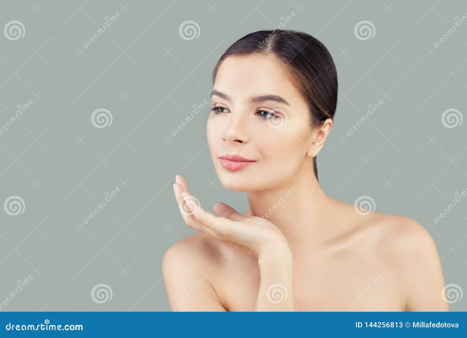 Stående av den nätta brunnsortmodellen för ung kvinna med sund klar hud