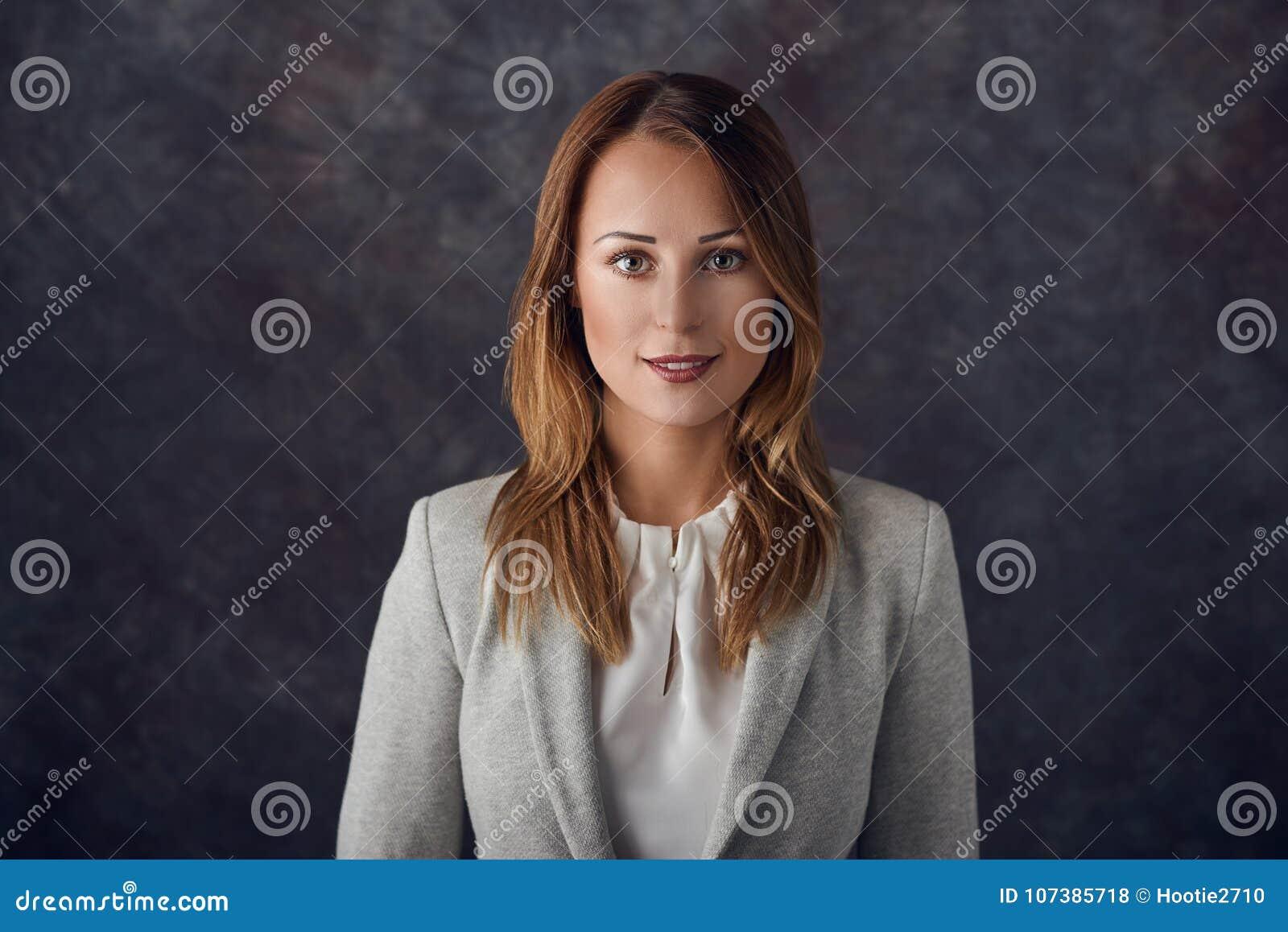 Stående av den smarta eleganta kvinnan