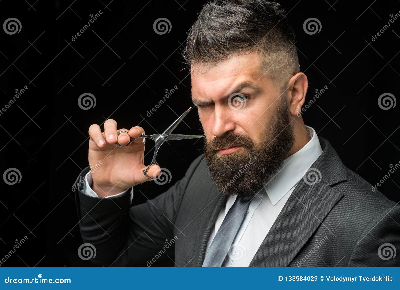 Stående av den stilfulla skäggiga mannen skäggig manlig Barberaresaxen, barberare shoppar Tappningfrisersalong som rakar Stående