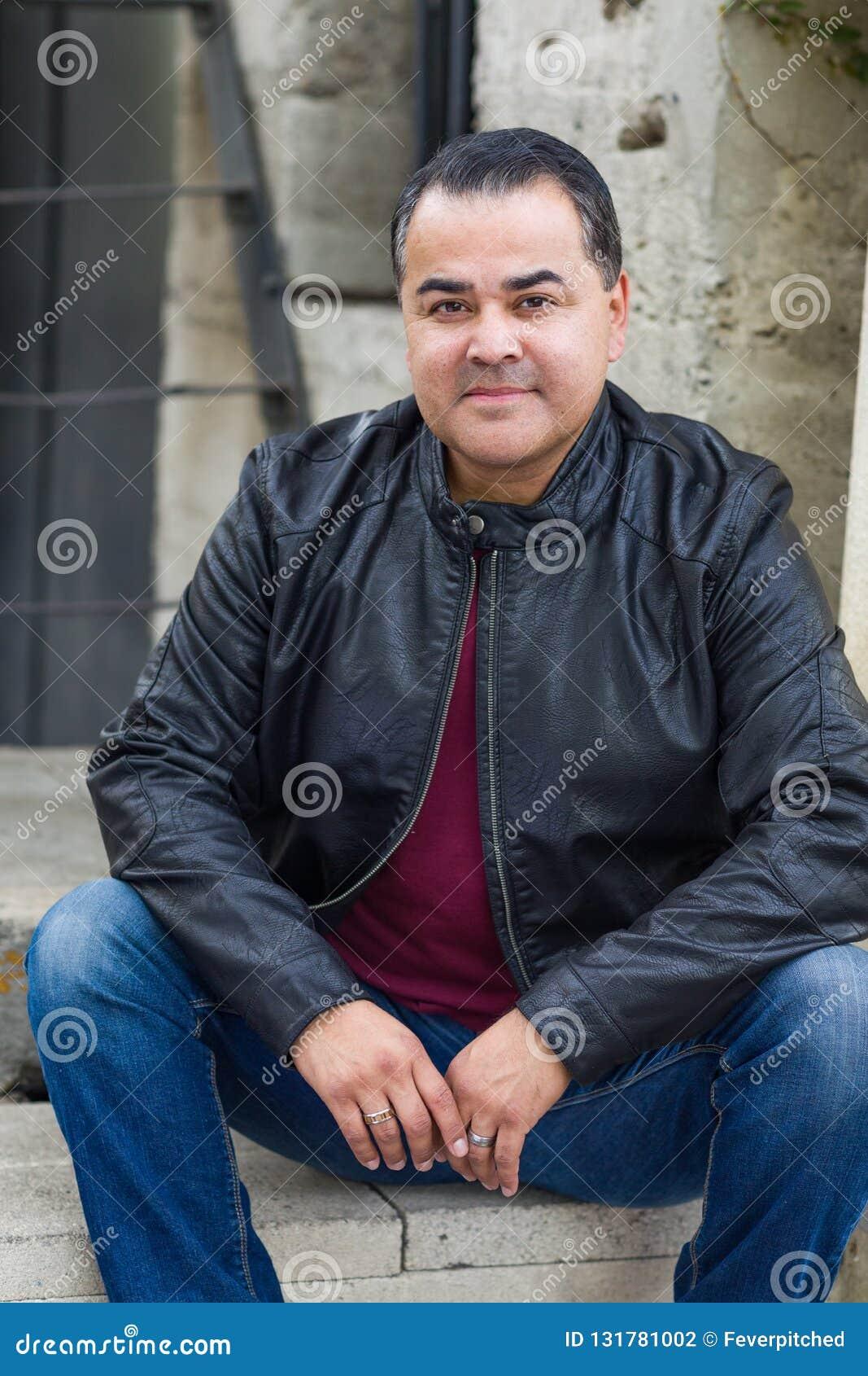 Stående av den stiliga latinamerikanska mannen