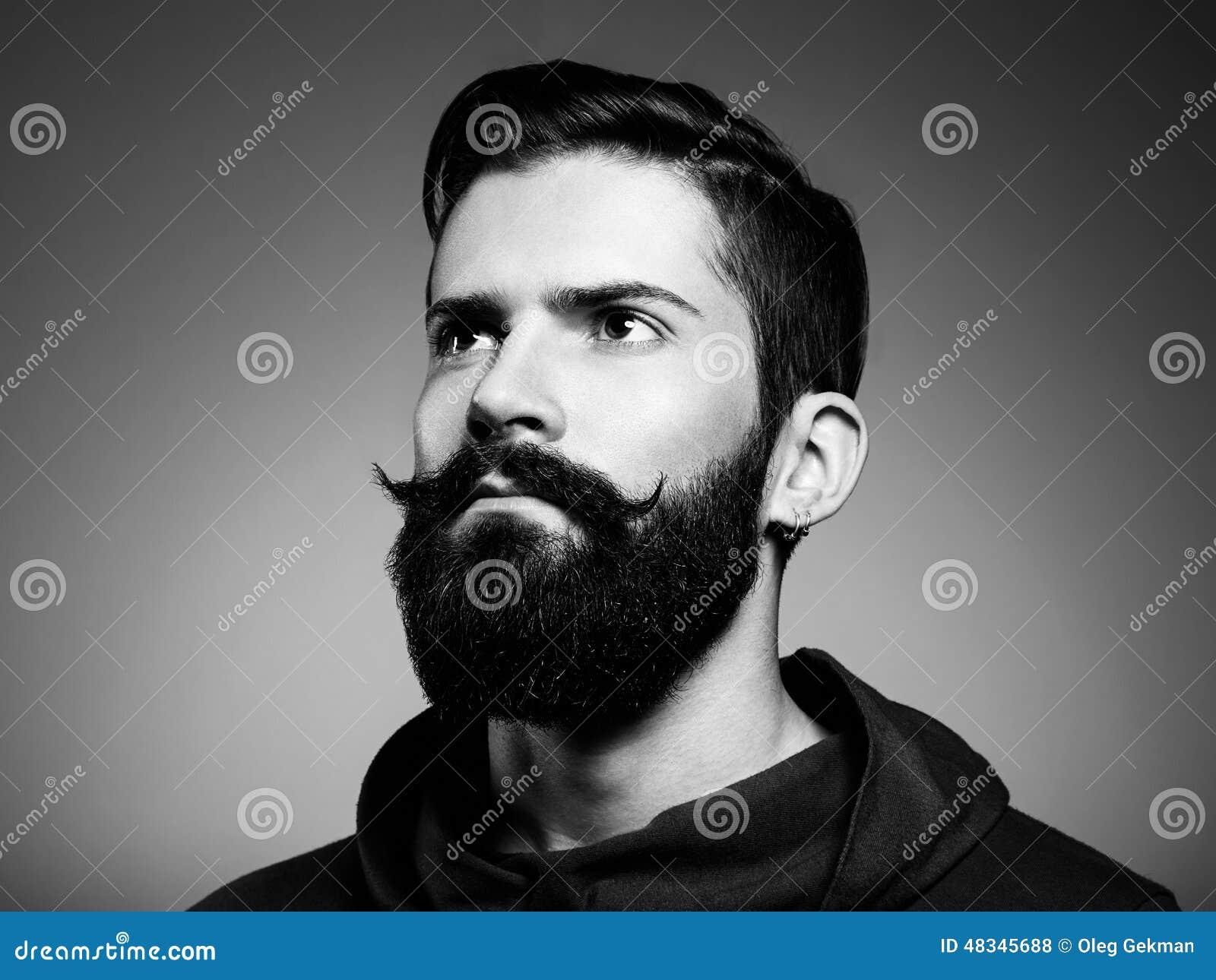 Stående av den stiliga mannen med skägget