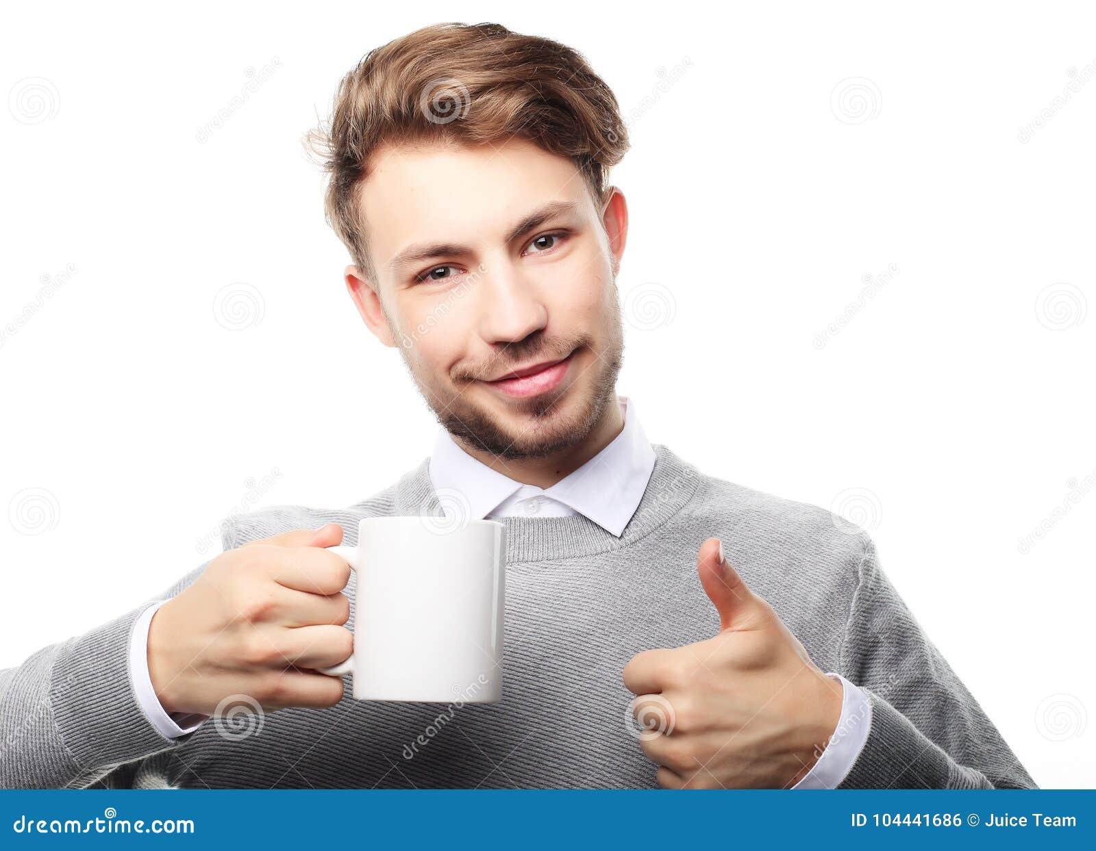 Stående av den stiliga unga mannen med koppen som isoleras på vit