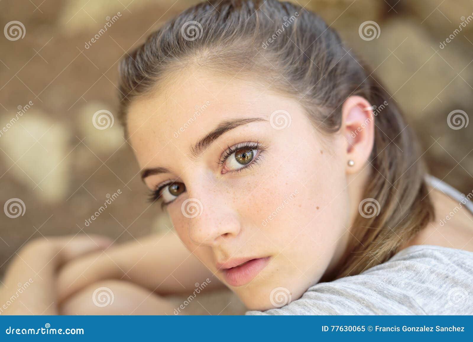 Stående av den tonårs- flickan med naturligt ljus