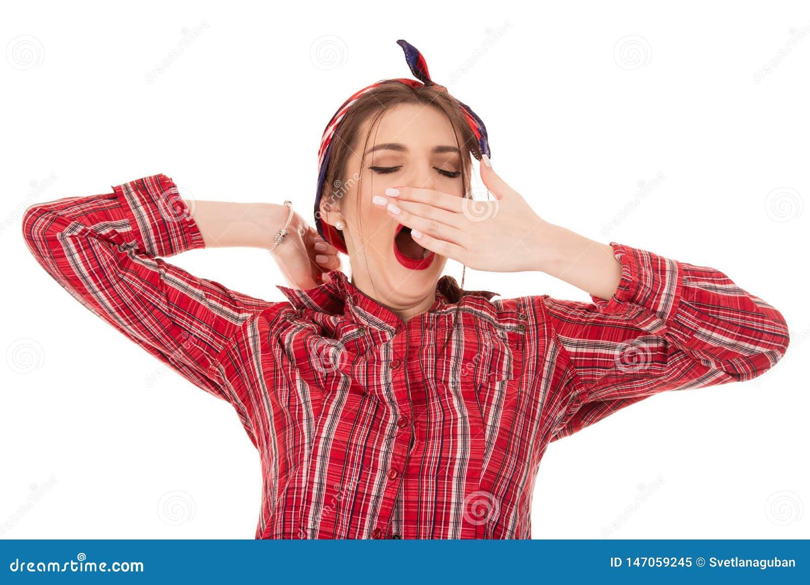 Stående av den trötta flickan som gäspar