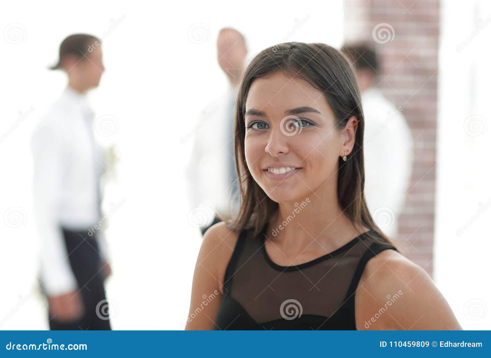 Stående av den unga affärskvinnan på suddig bakgrund