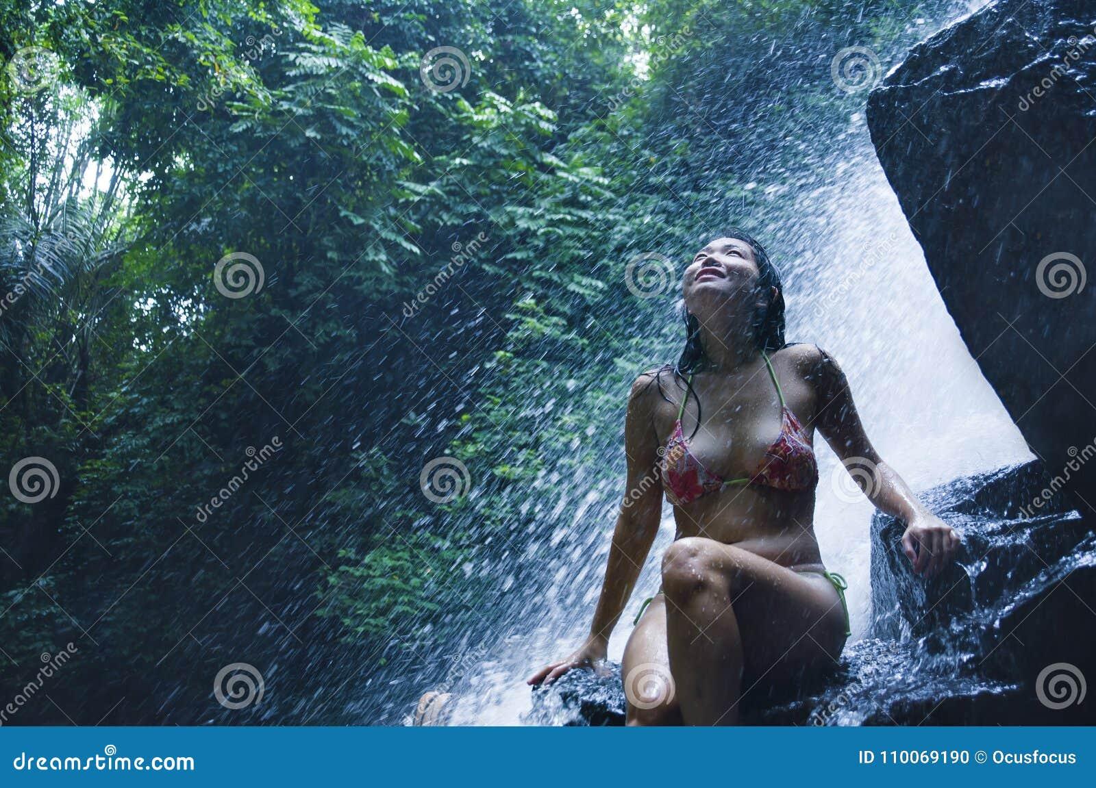 Stående av den unga härliga asiatiska flickan som ser ren och tycker om naturskönhet med vått under-fantastiskt härligt naturligt