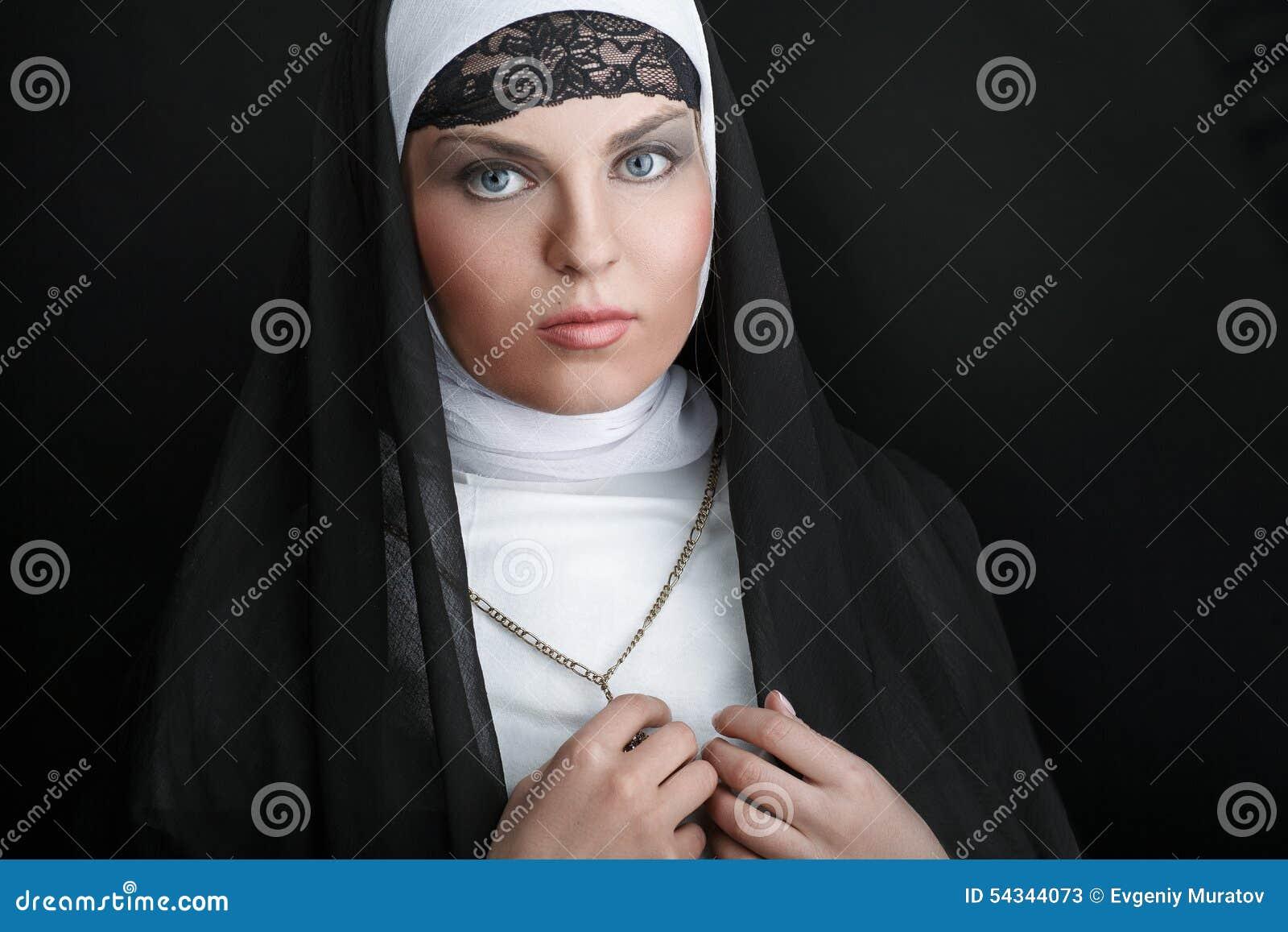 Stående av den unga härliga nunnan