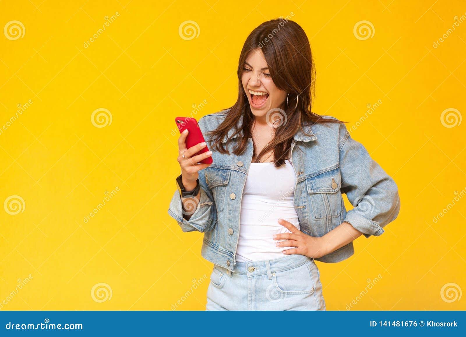 Stående av den unga kvinnan för skrikig härlig brunett med makeup i anseende för tillfällig stil för grov bomullstvill som chocka