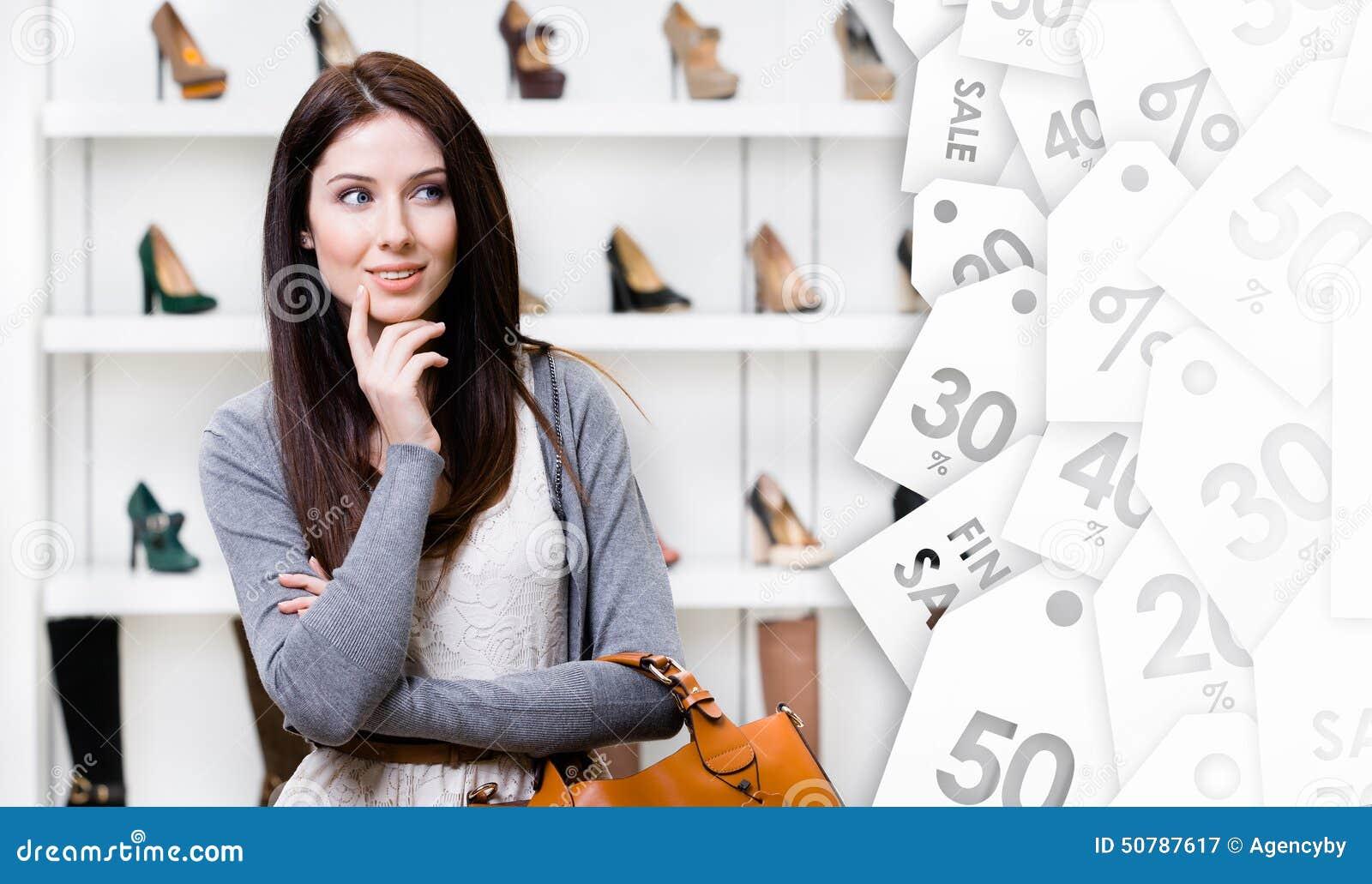Stående av den unga kvinnan i köpcentrum Utförsäljning