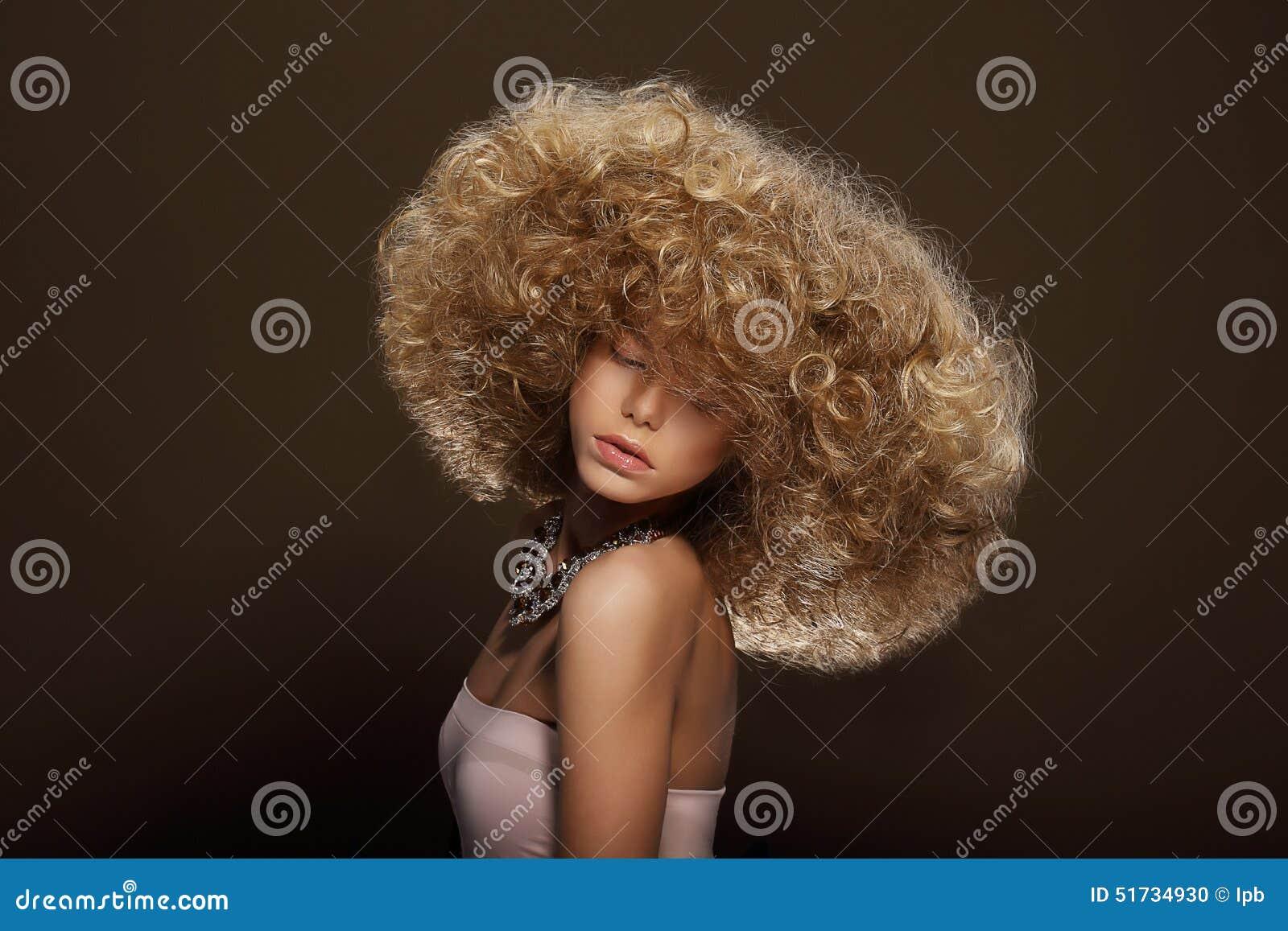 Stående av den unga kvinnan med den futuristiska frisyren