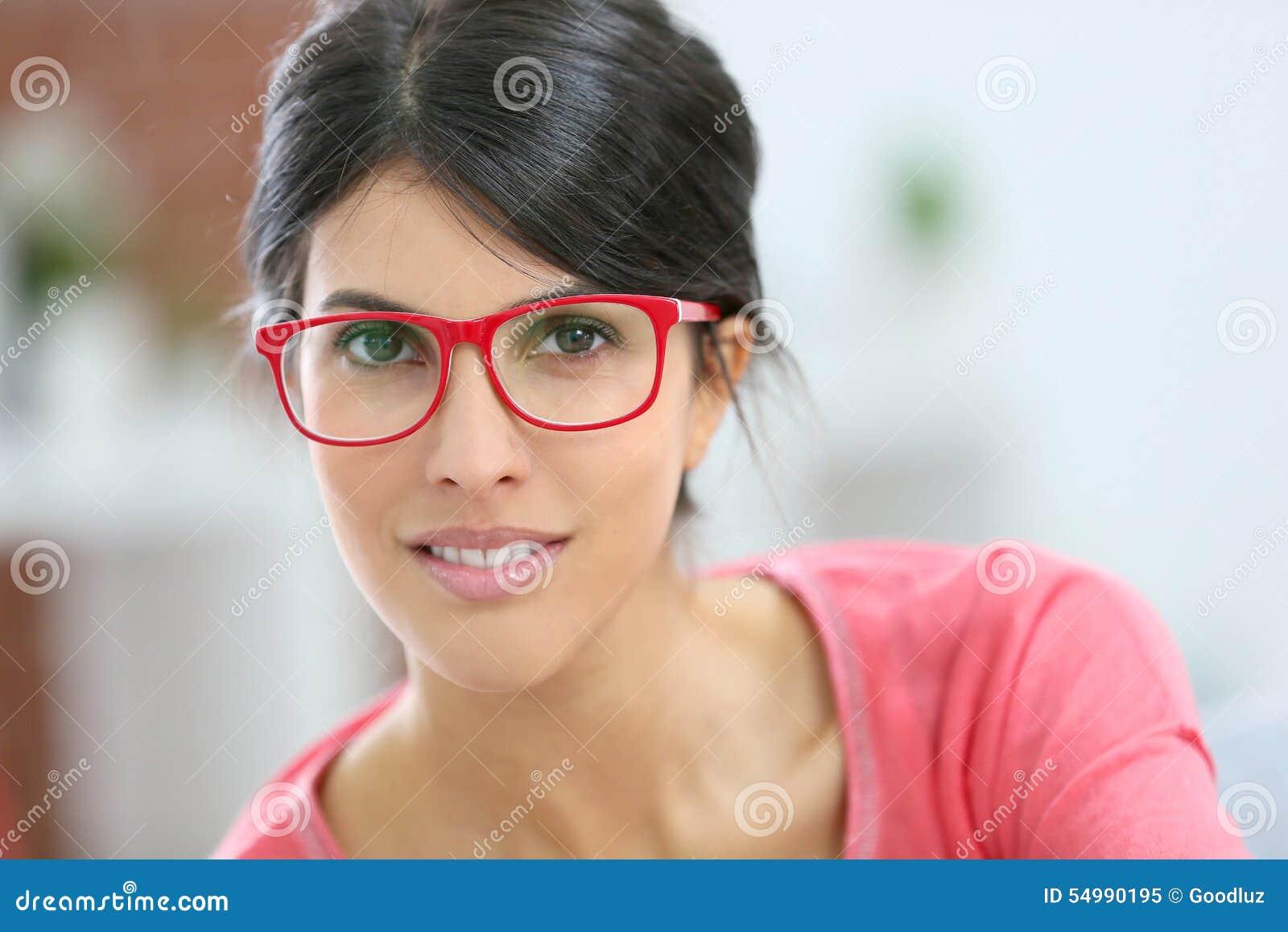Stående av den unga kvinnan med glasögon